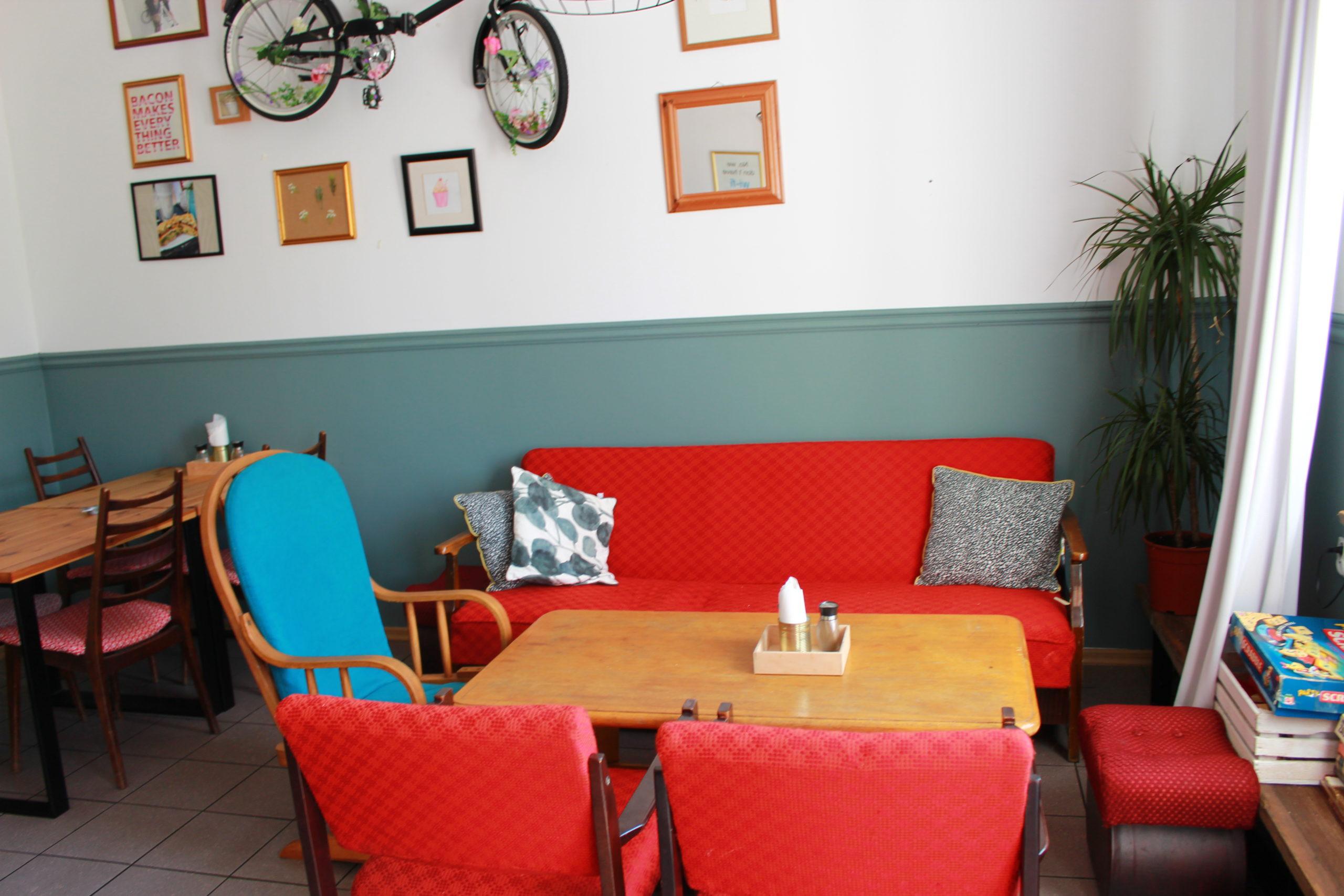 czerwone fotele i kanapa w restauracji