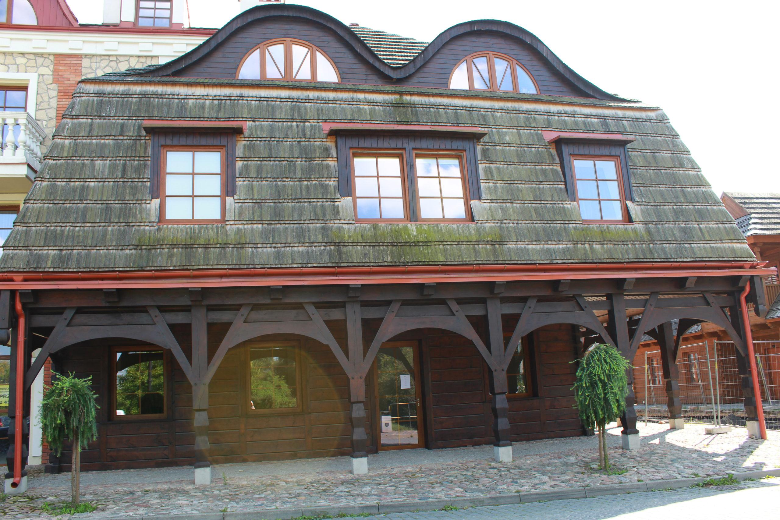 drewniany budynek w mieście