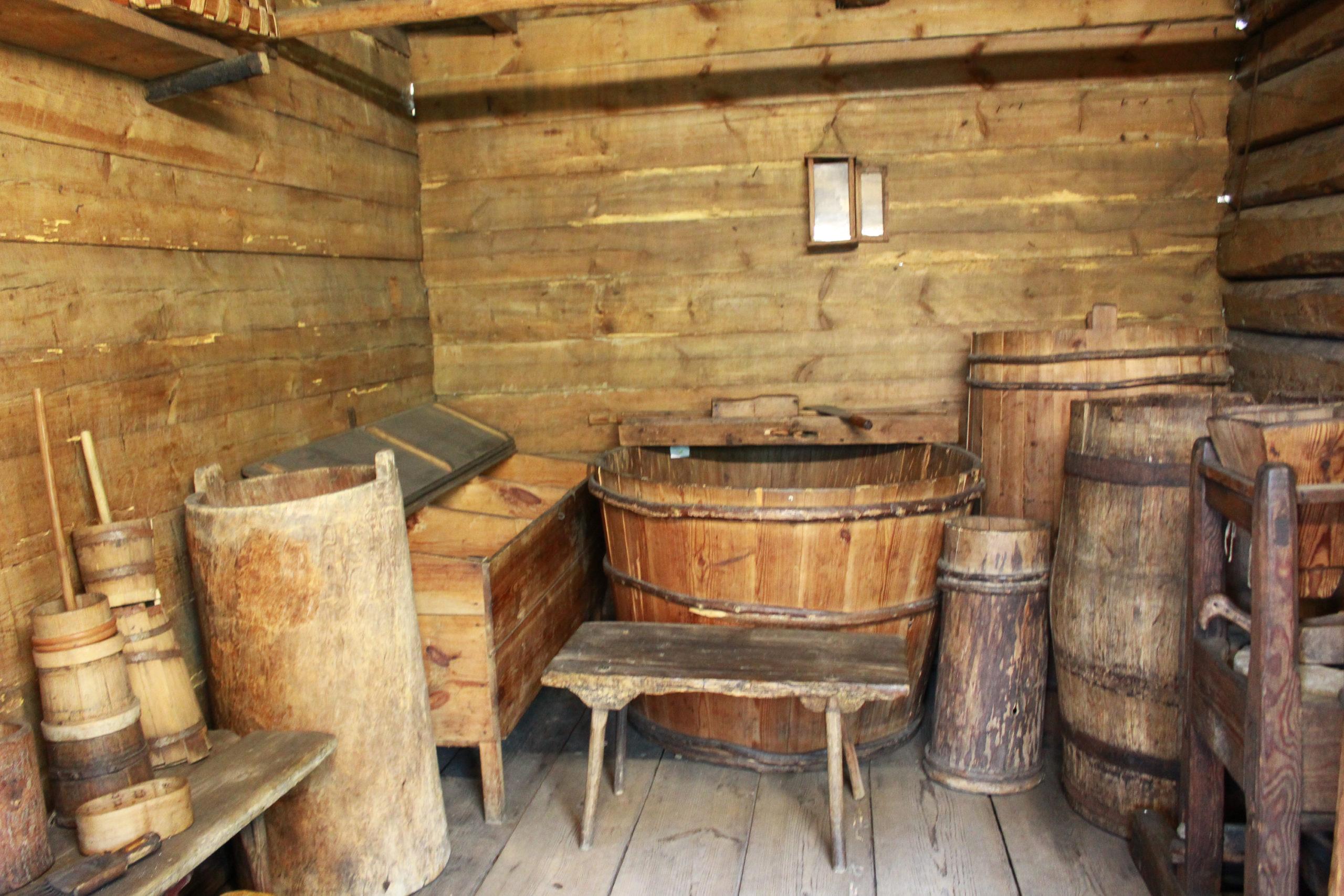 drewniane beczki w skansenie