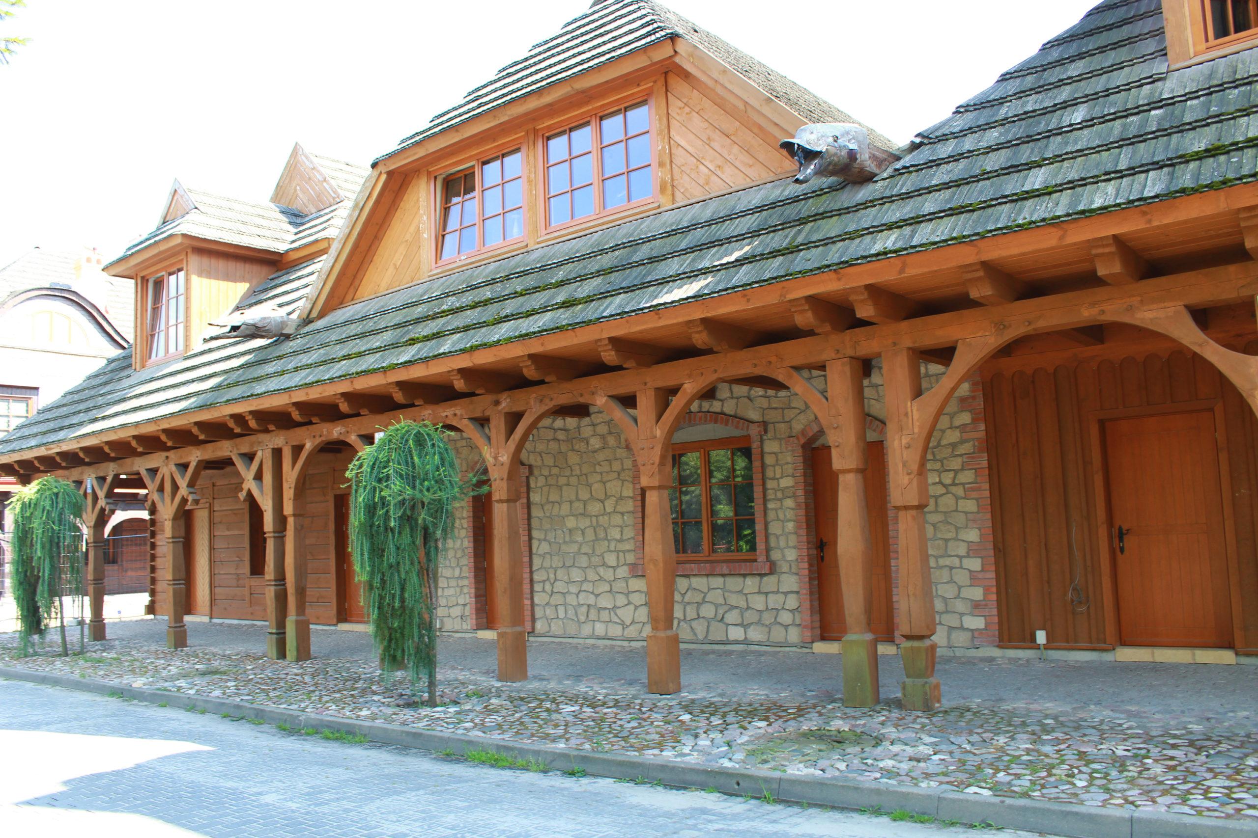 drewniane podcienie budynku