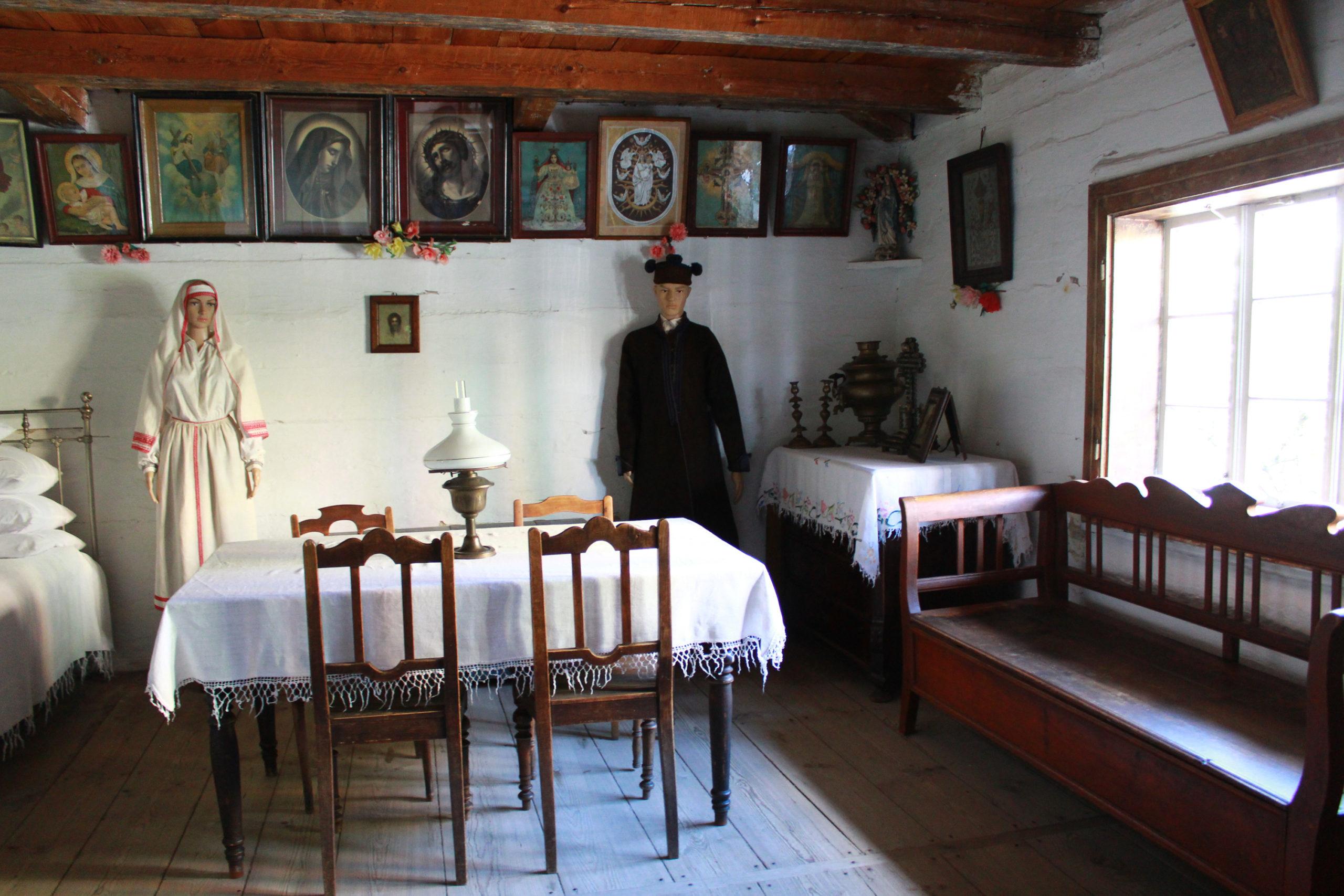 wnętrze starodawnej chaty