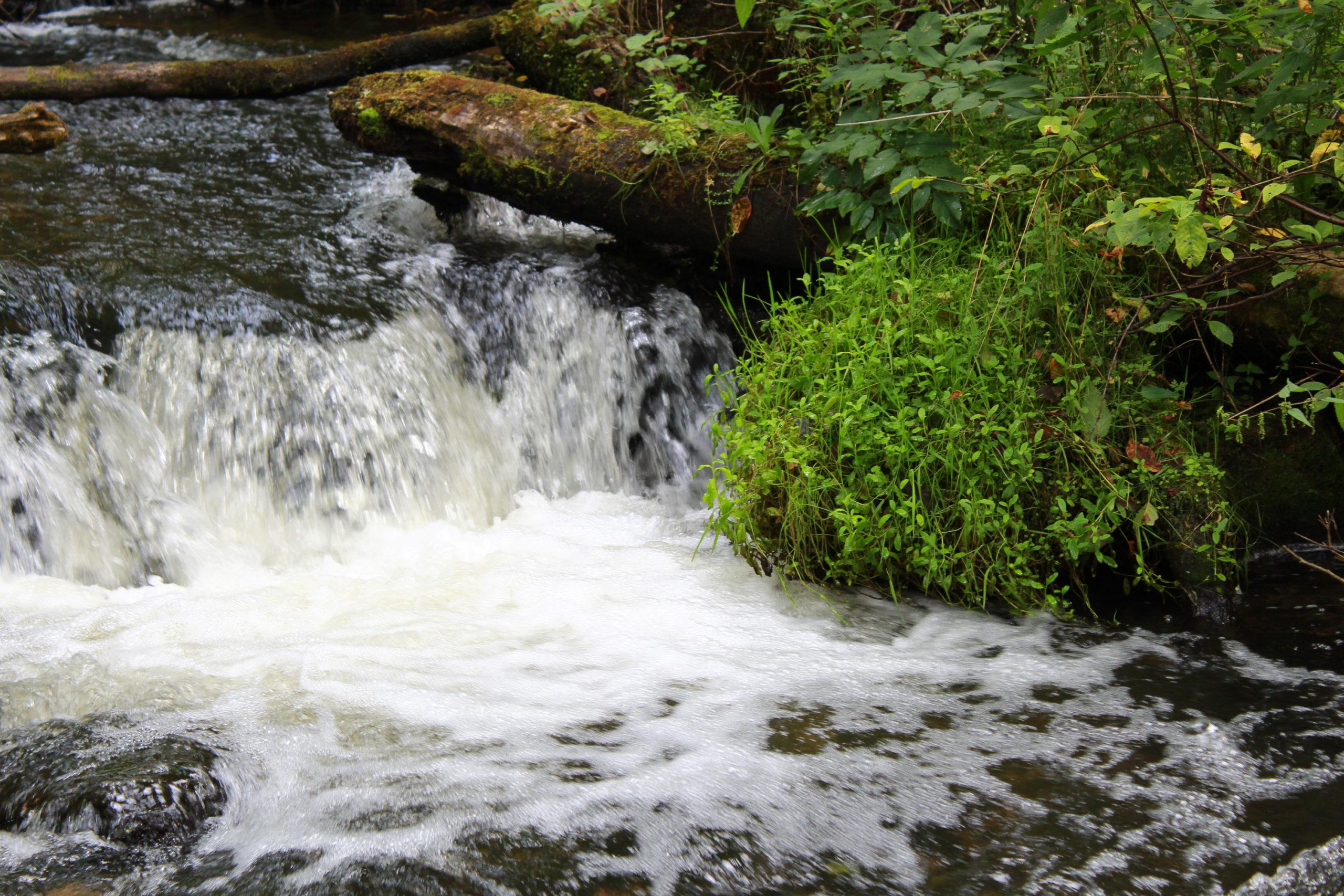 spieniona woda przy uskoku