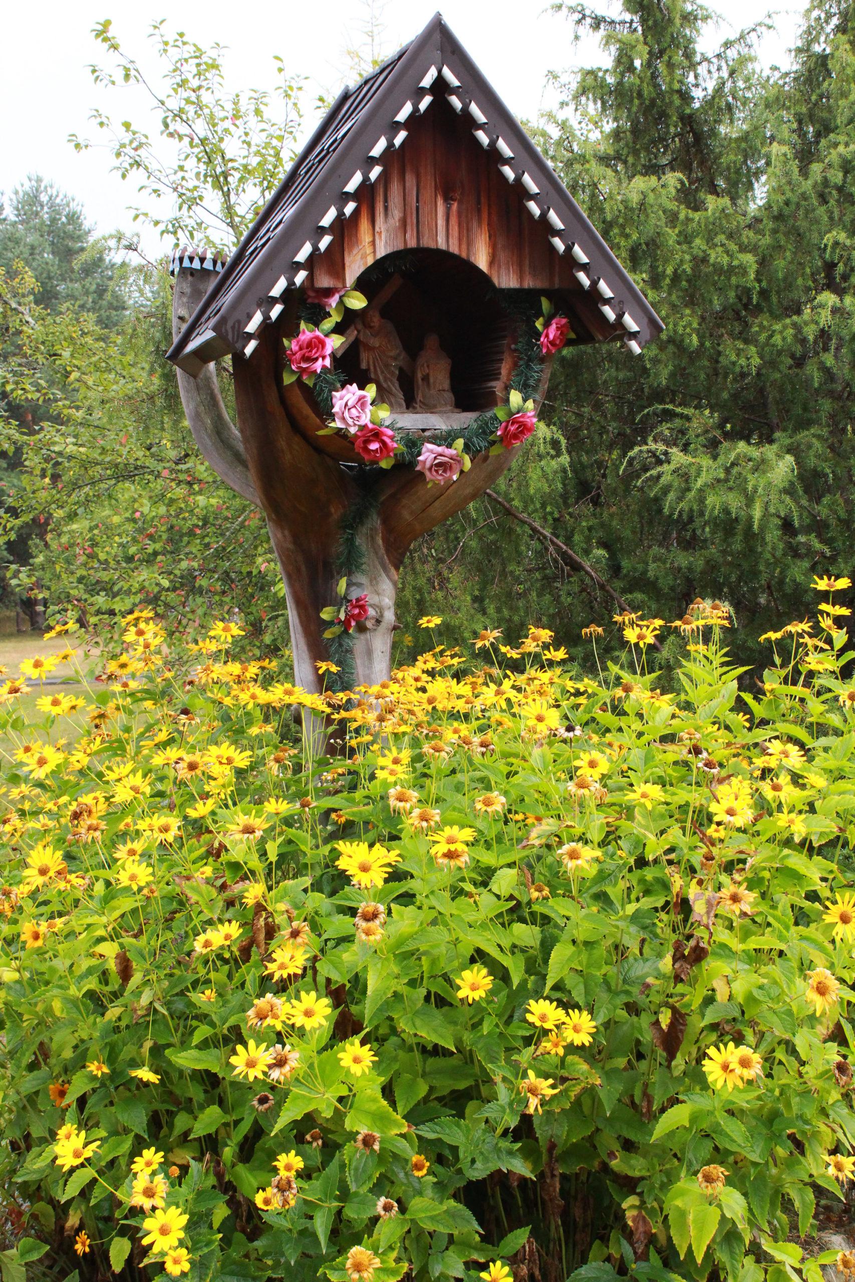 kapliczka wśród kwiatów