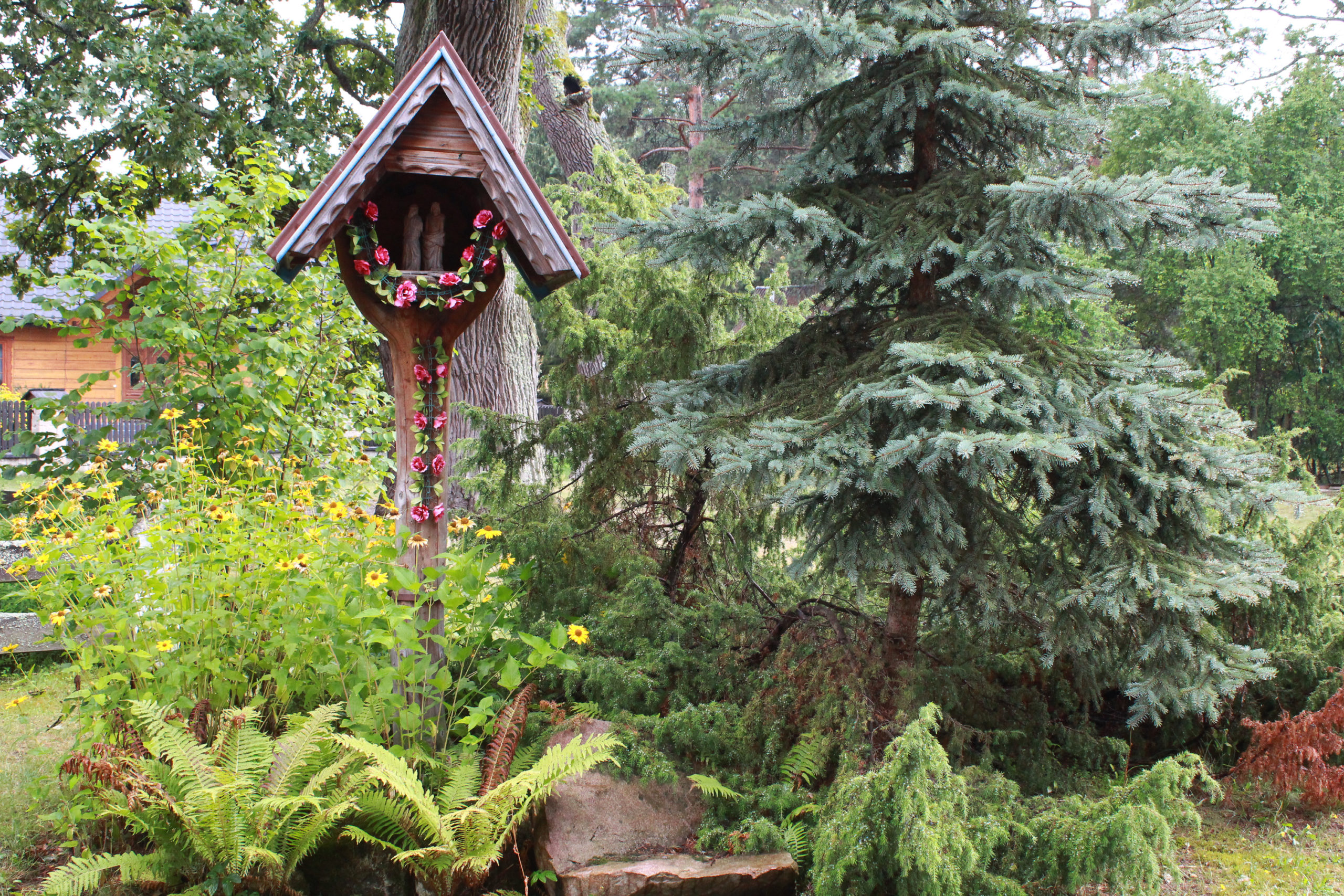kapliczka wśród zieleni