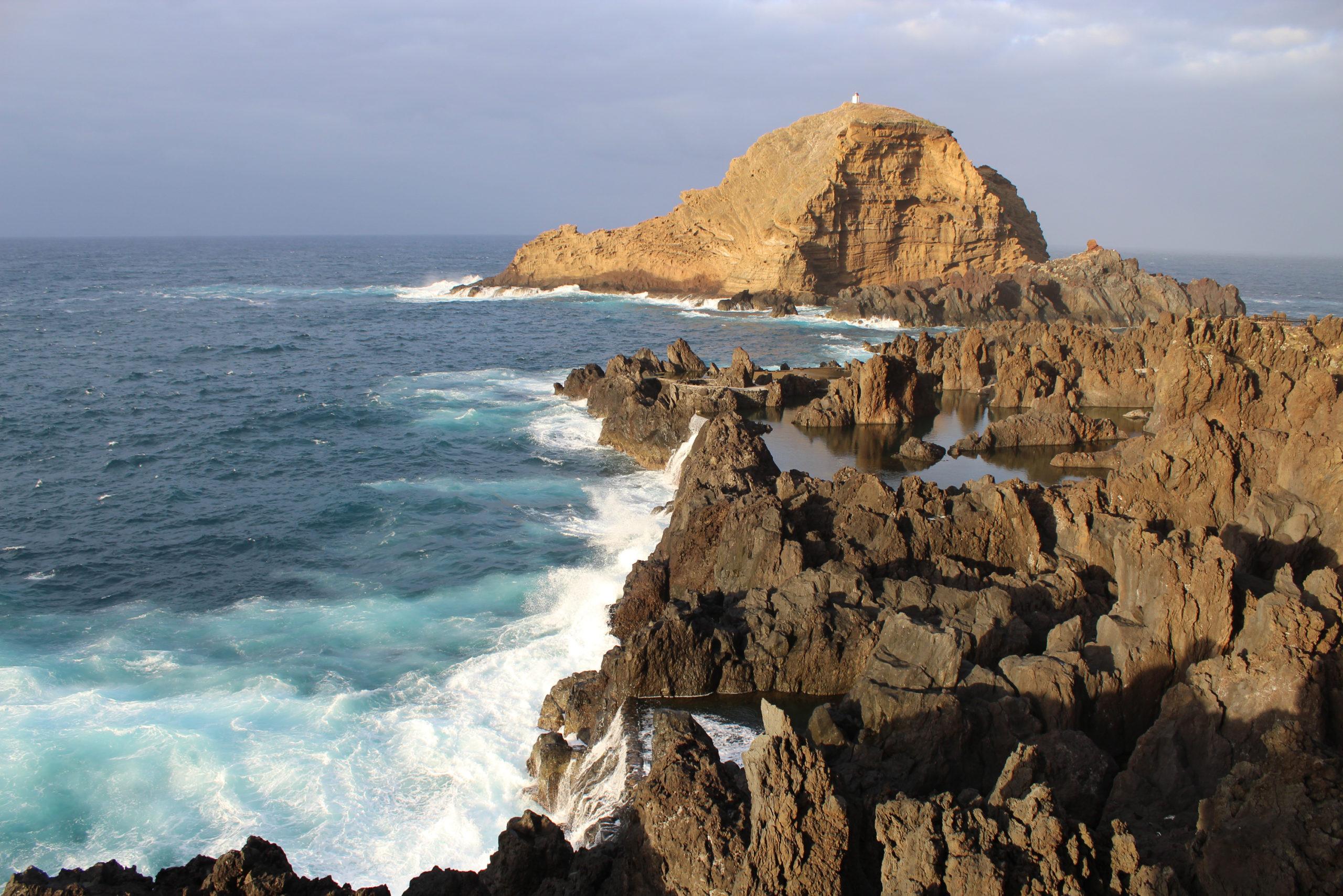 widok na ocean i skały