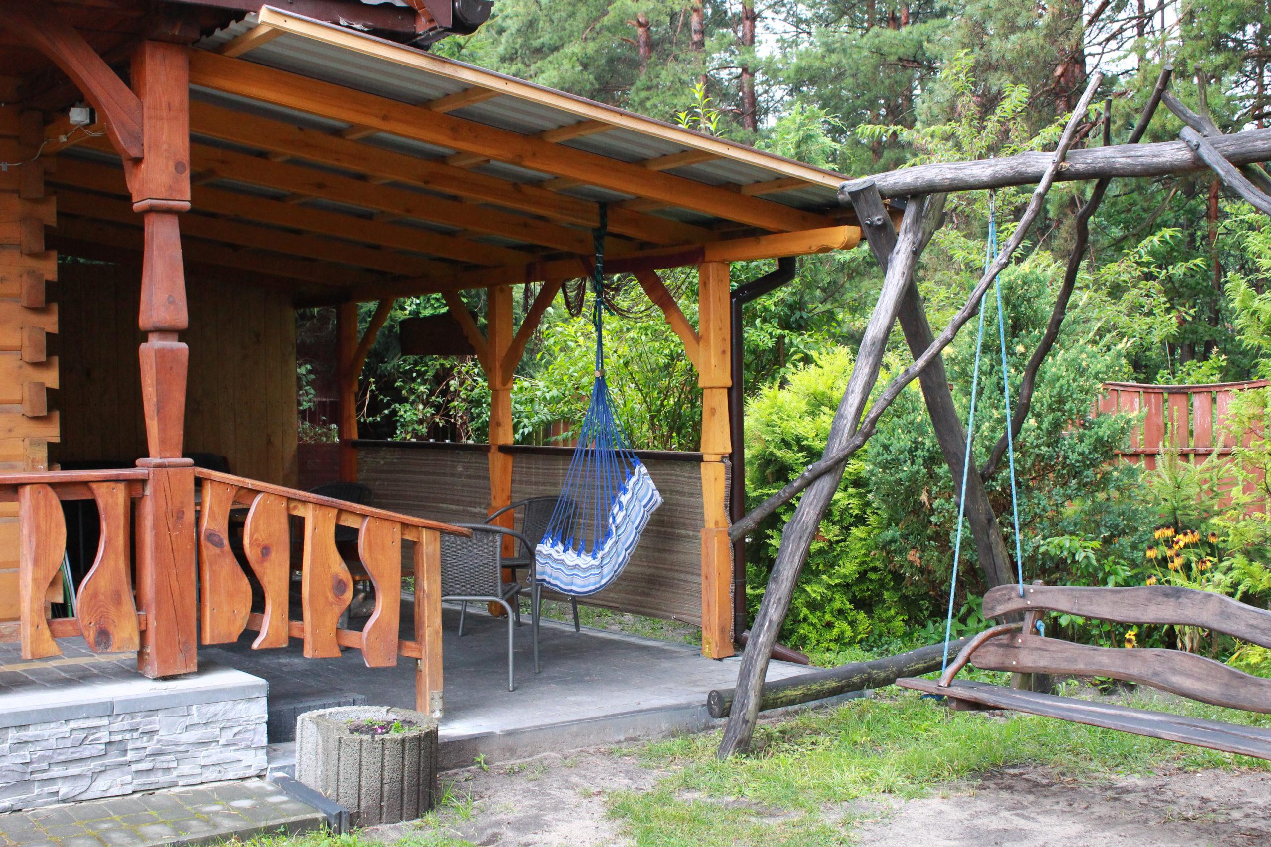 wejście do drewnianego domku