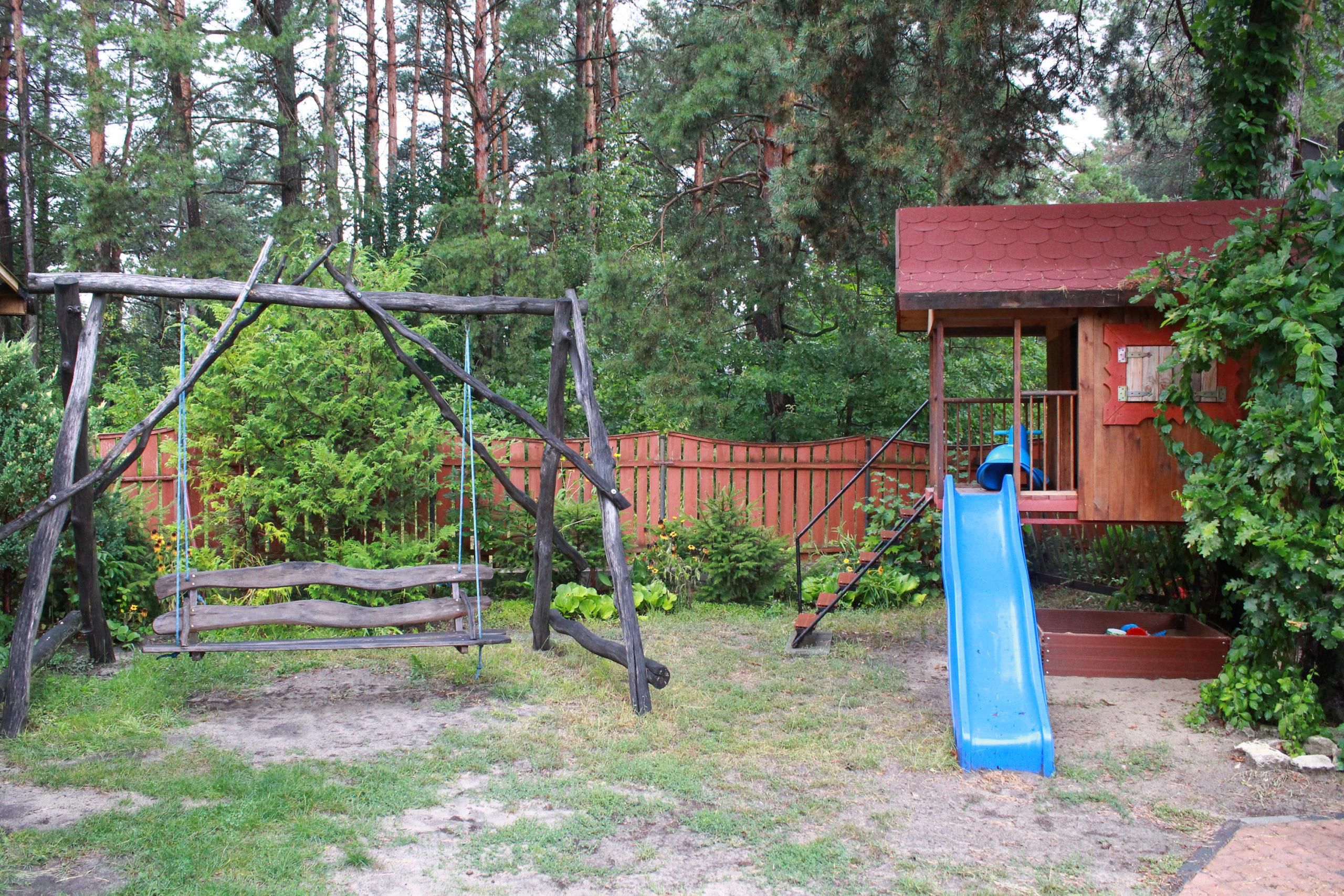 bujana ławka i drewniany domek w ogrodzie
