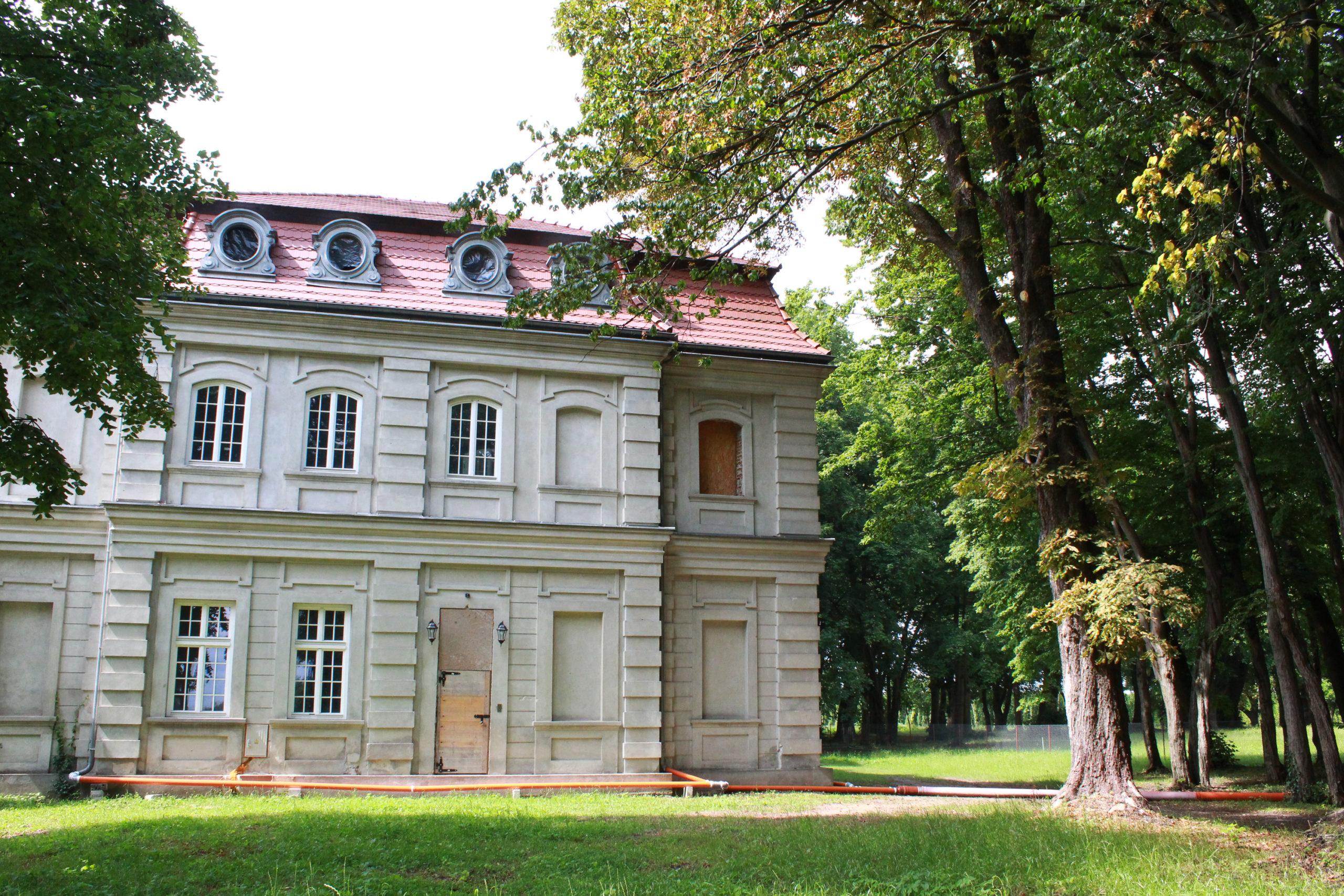 Renesansowy budynek w parku