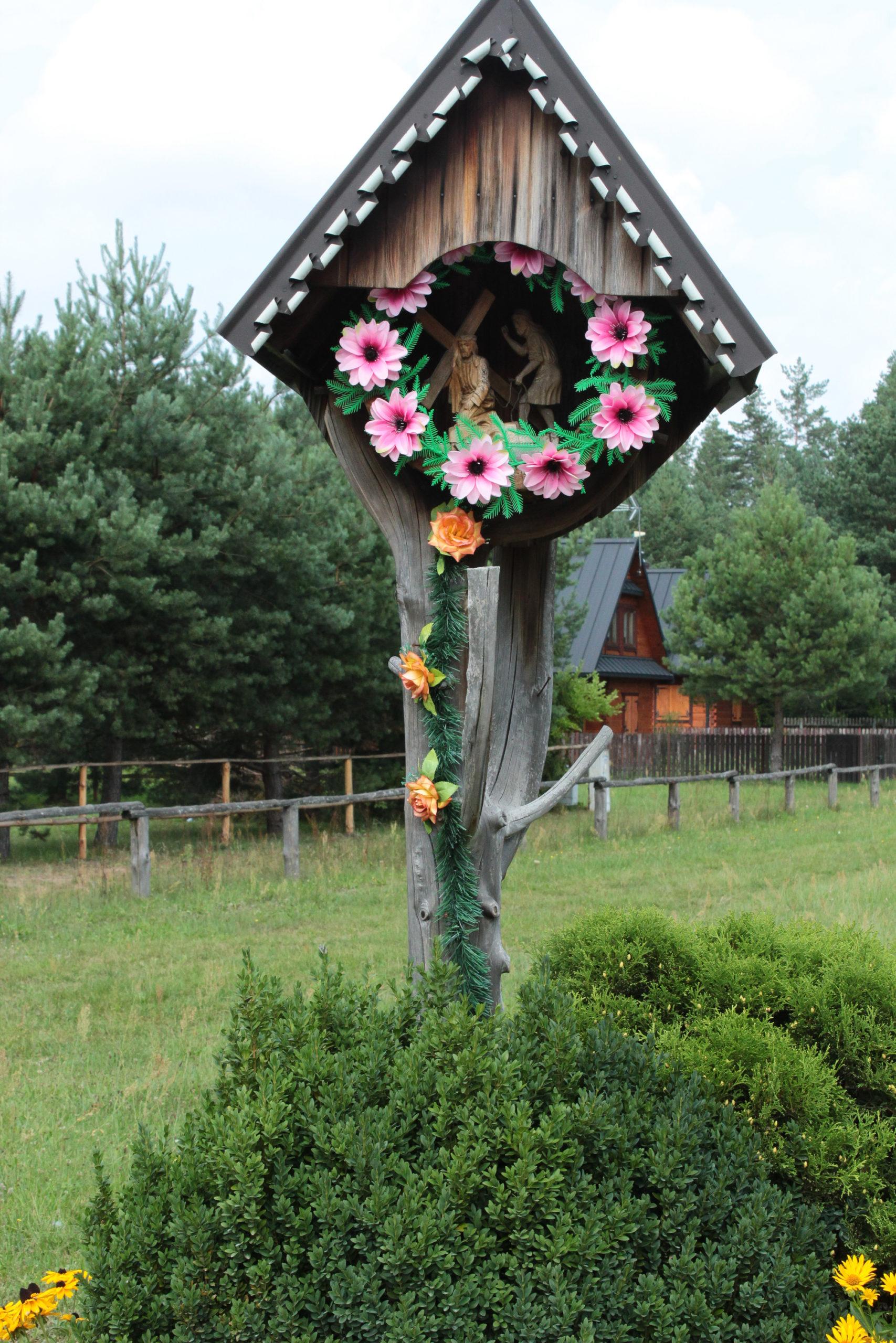 Drewniana kapliczka droga Krzyżowa