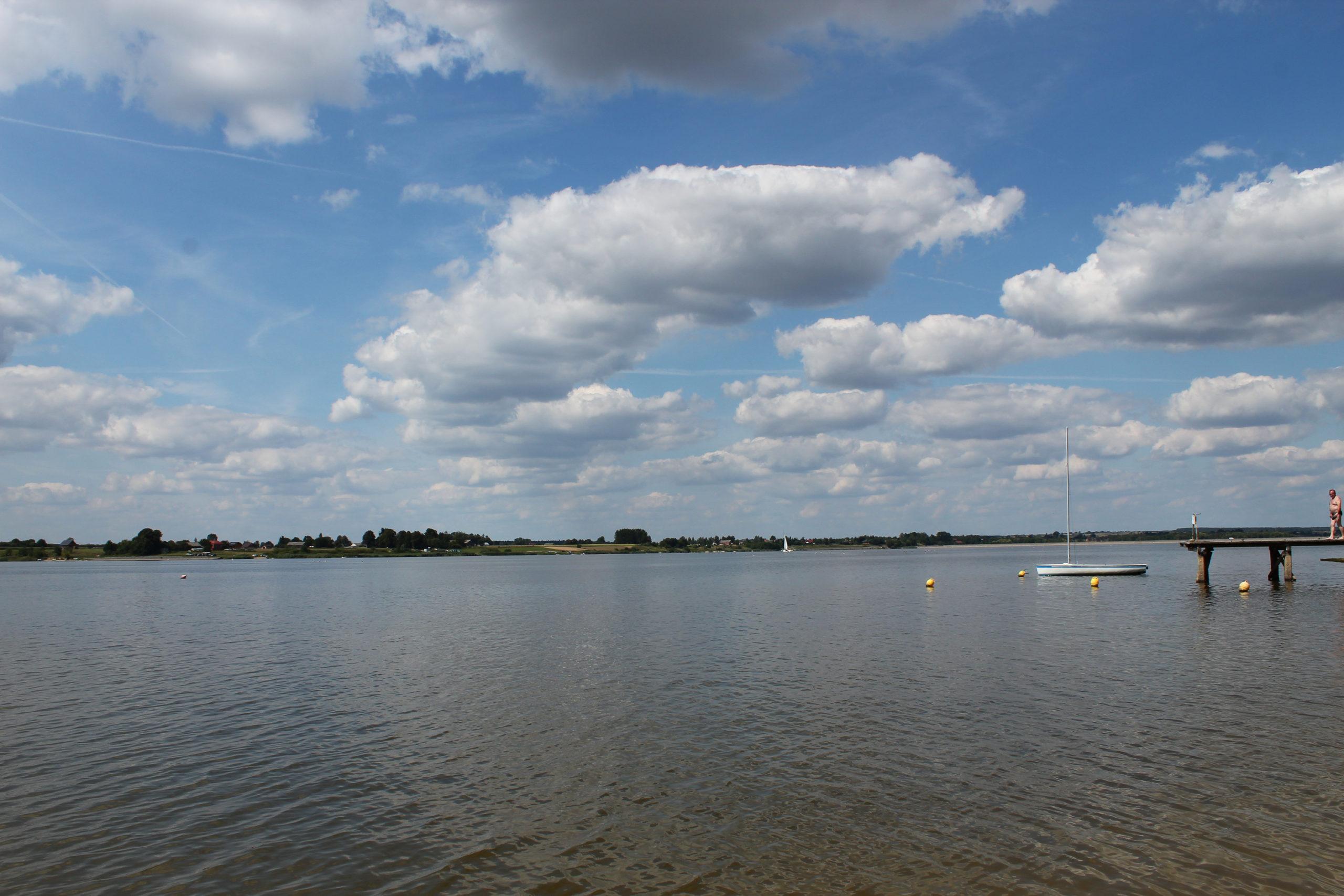 Jezioro i chmury
