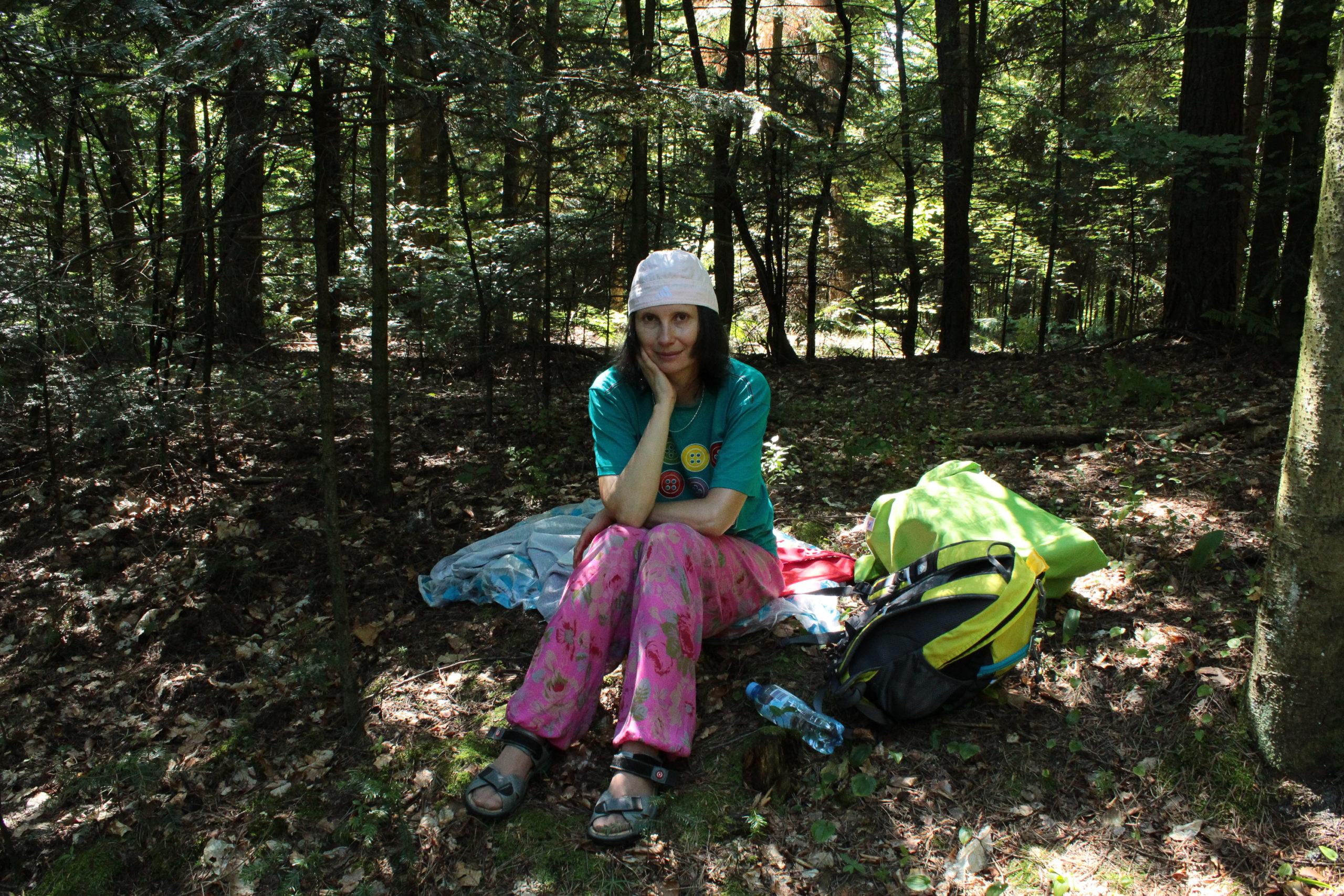 Viola odpoczywa w lesie