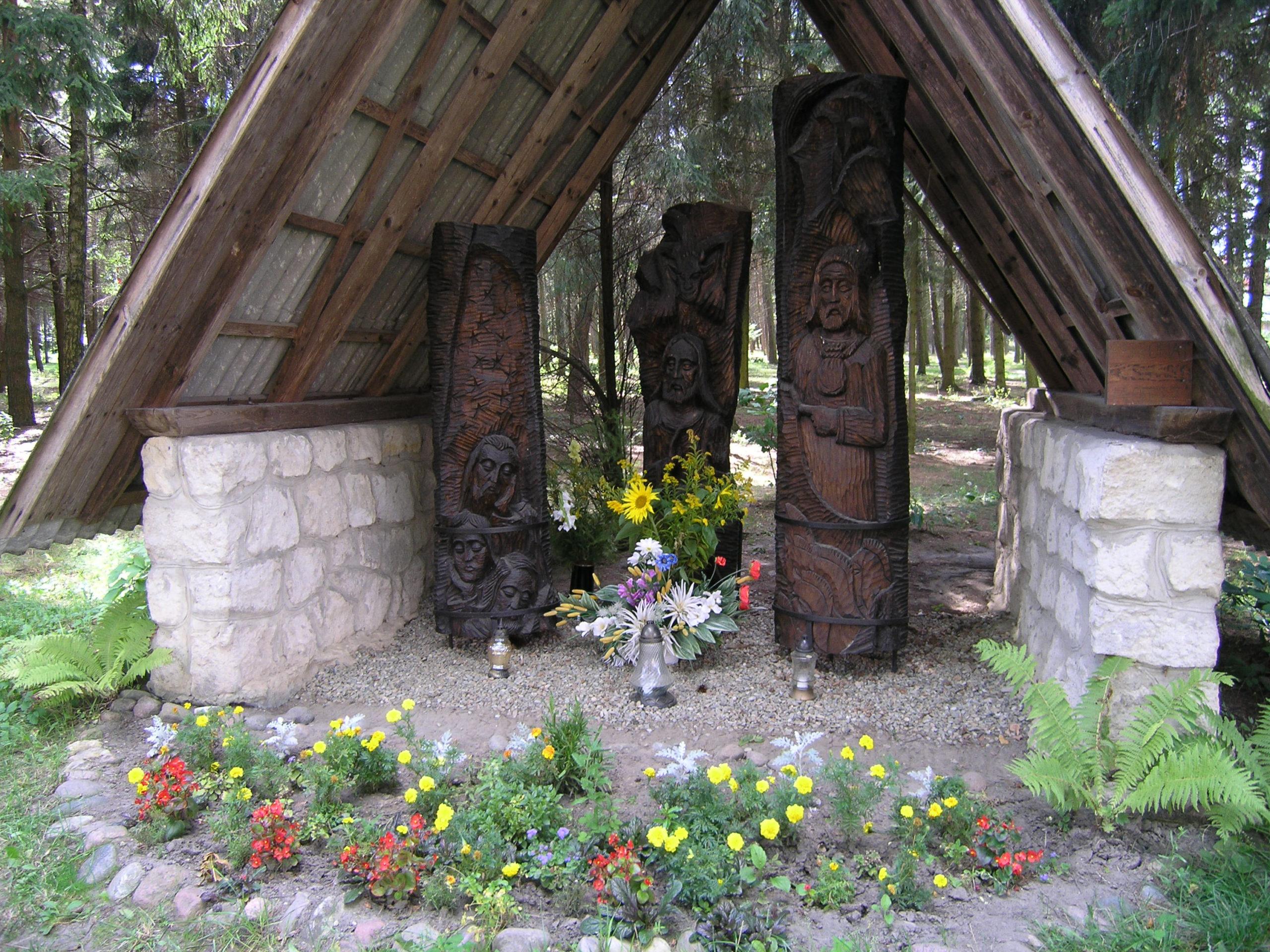 Kapliczka z drewnianymi rzeźbami