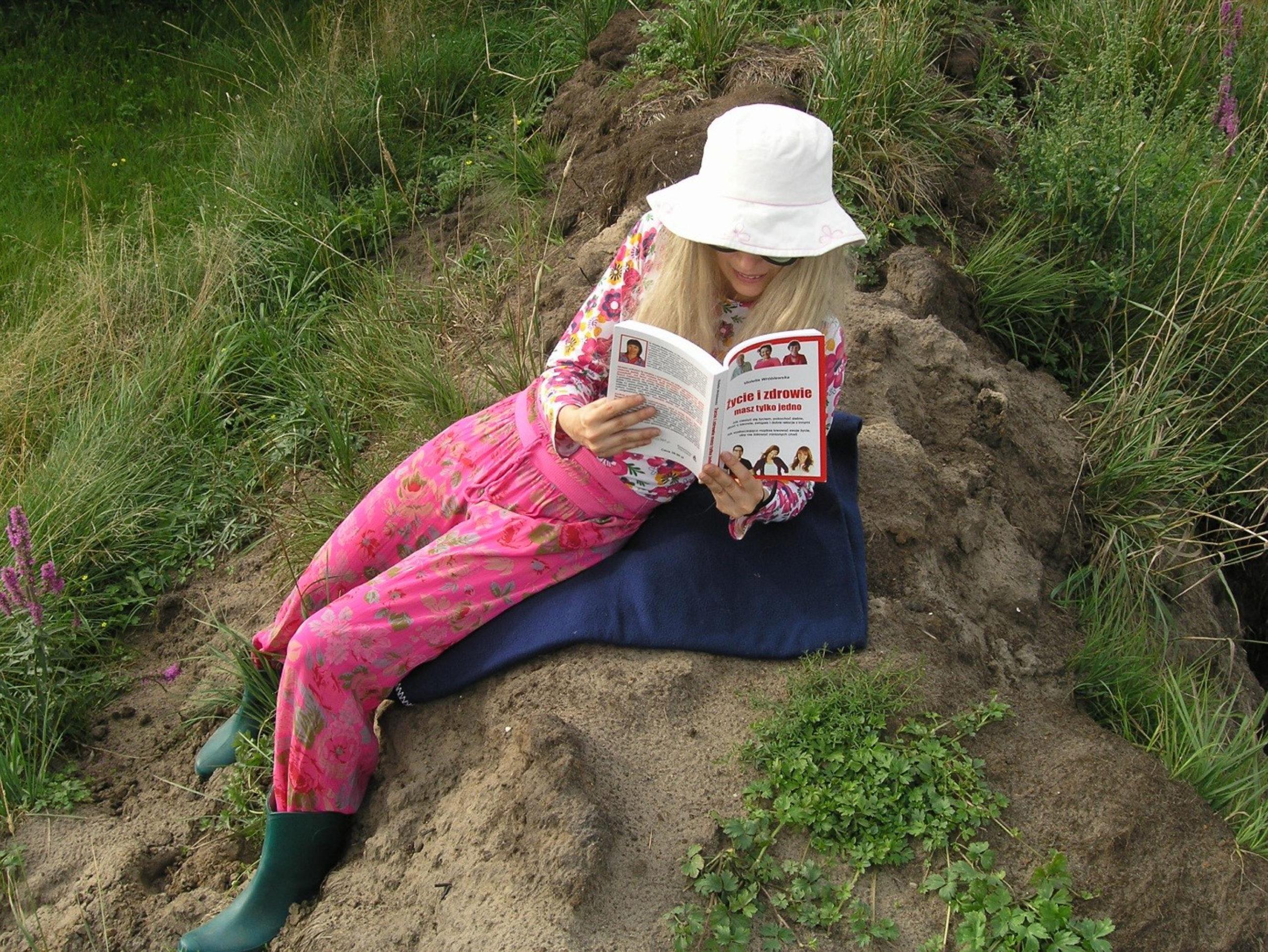 Viola czyta książkę
