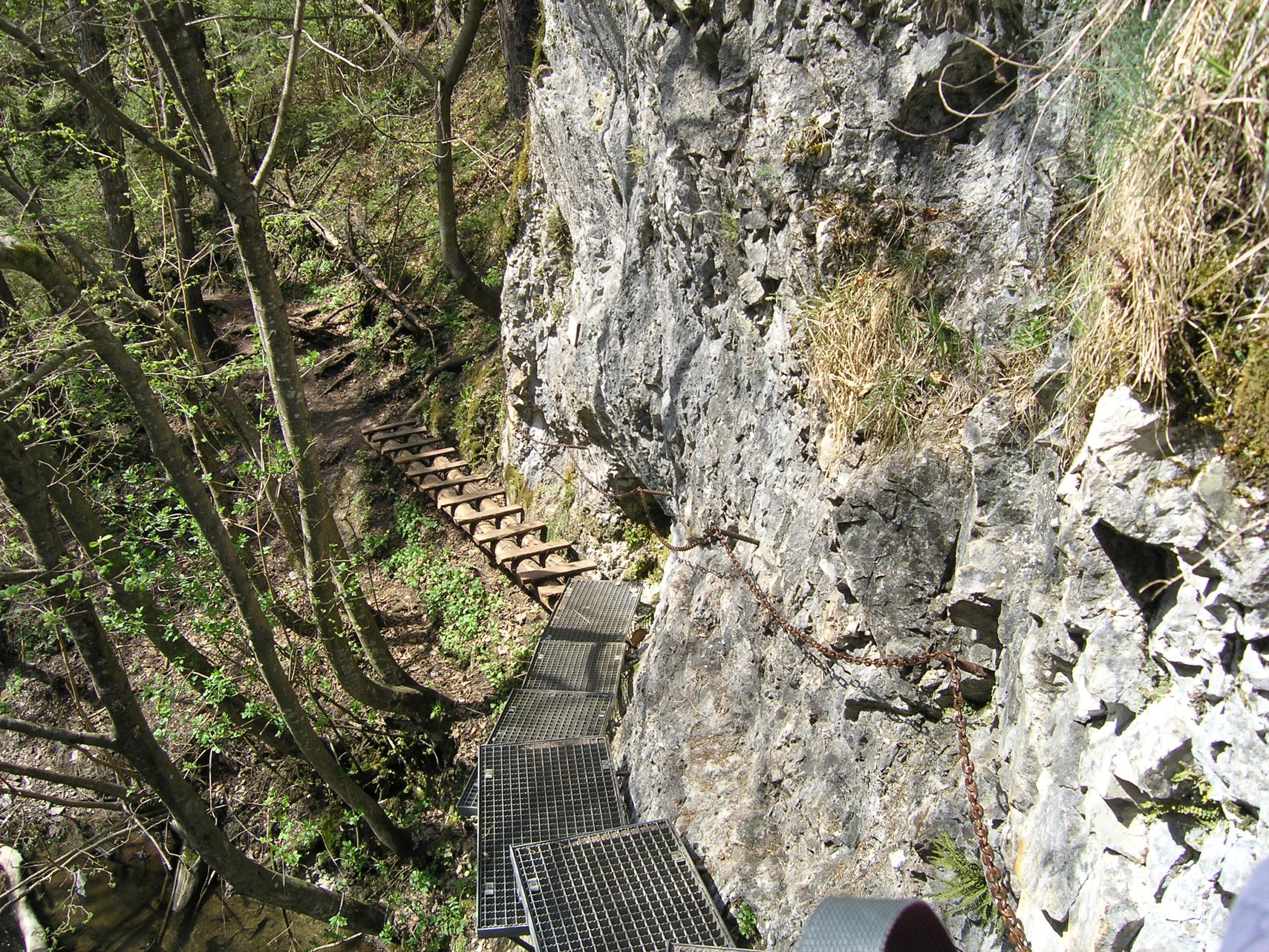 Metalowy szlak przy zboczu górskim