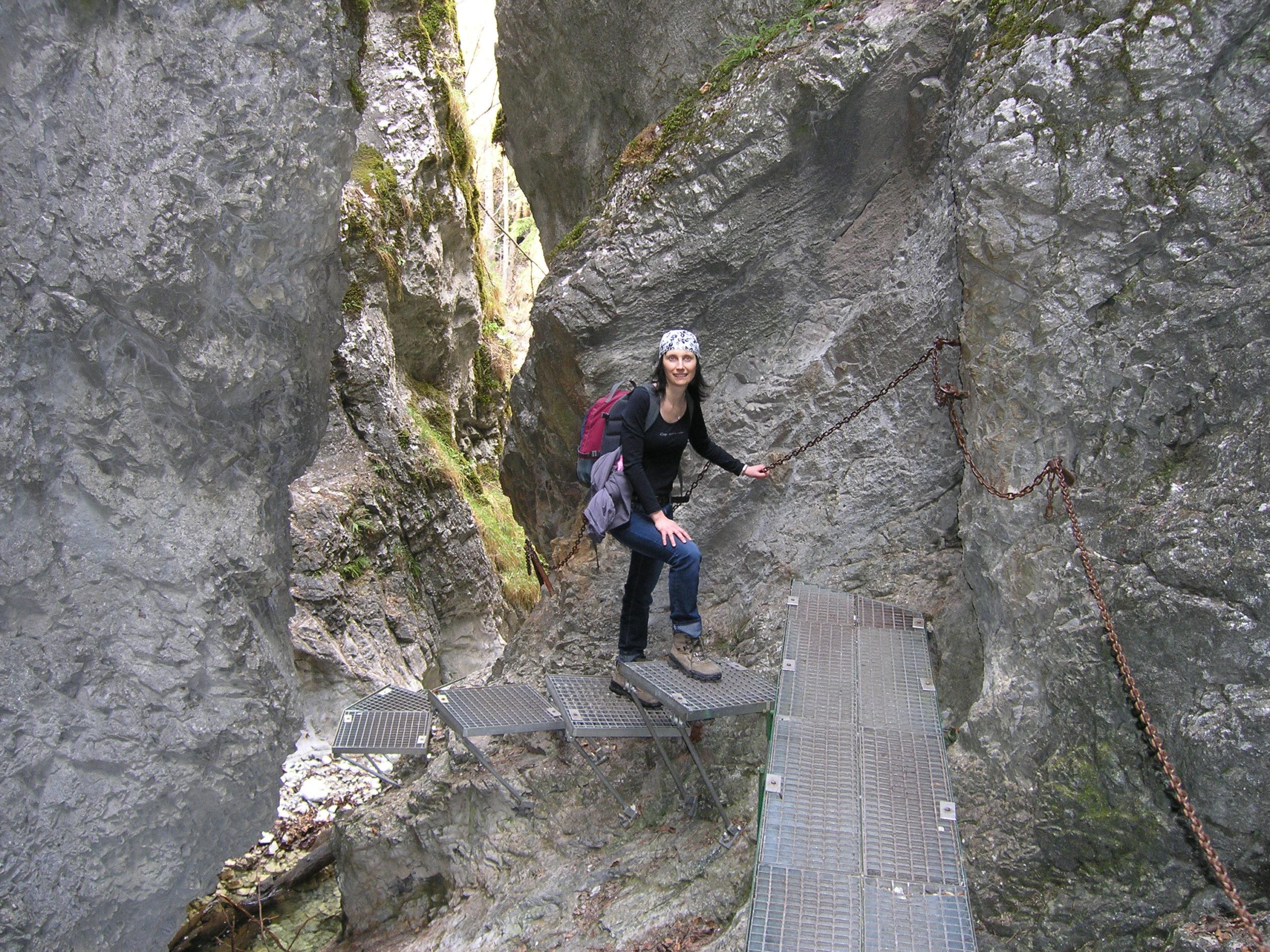 Metalowy szlak wśród skał