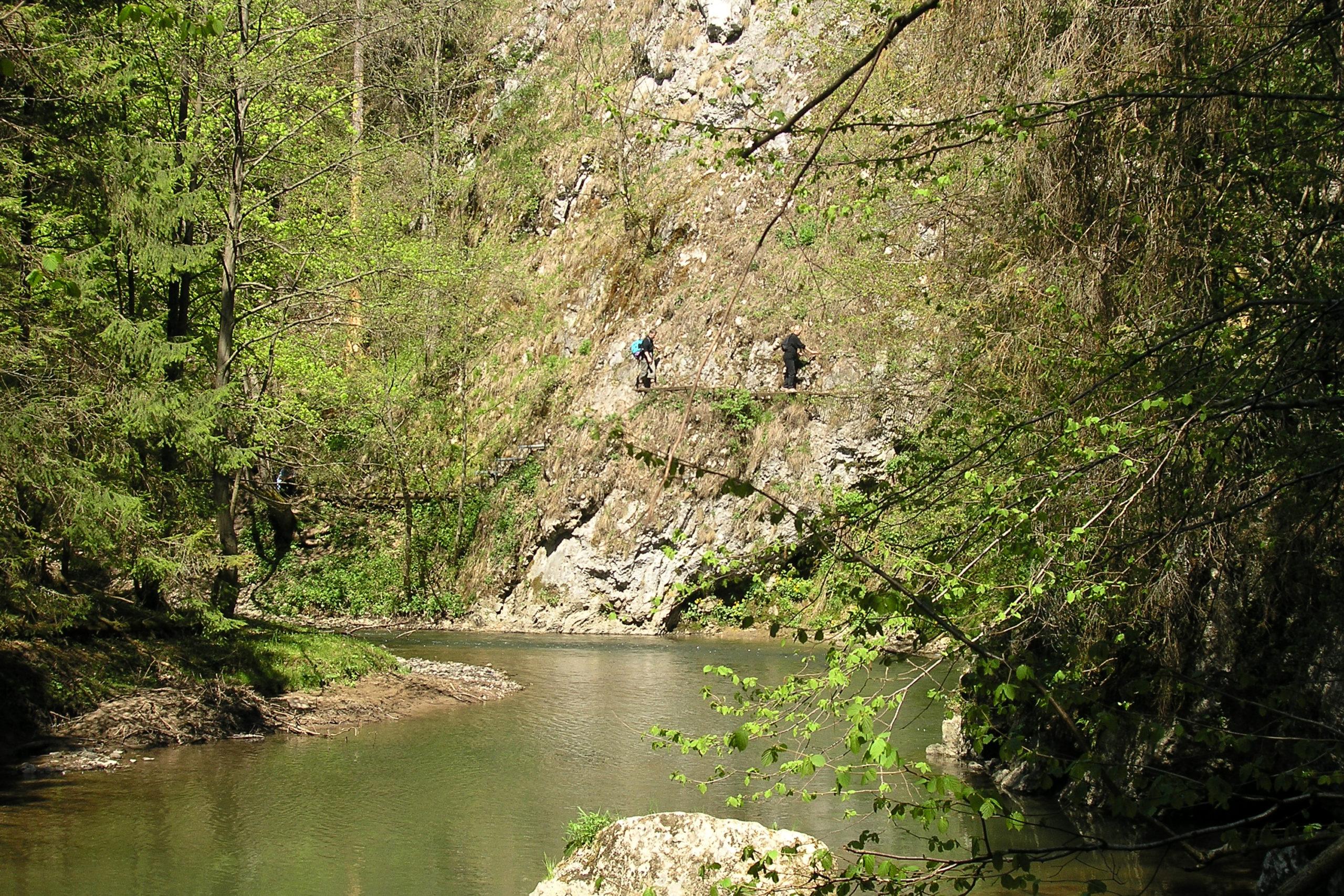 Rzeka i widok na ludzi na Klifie