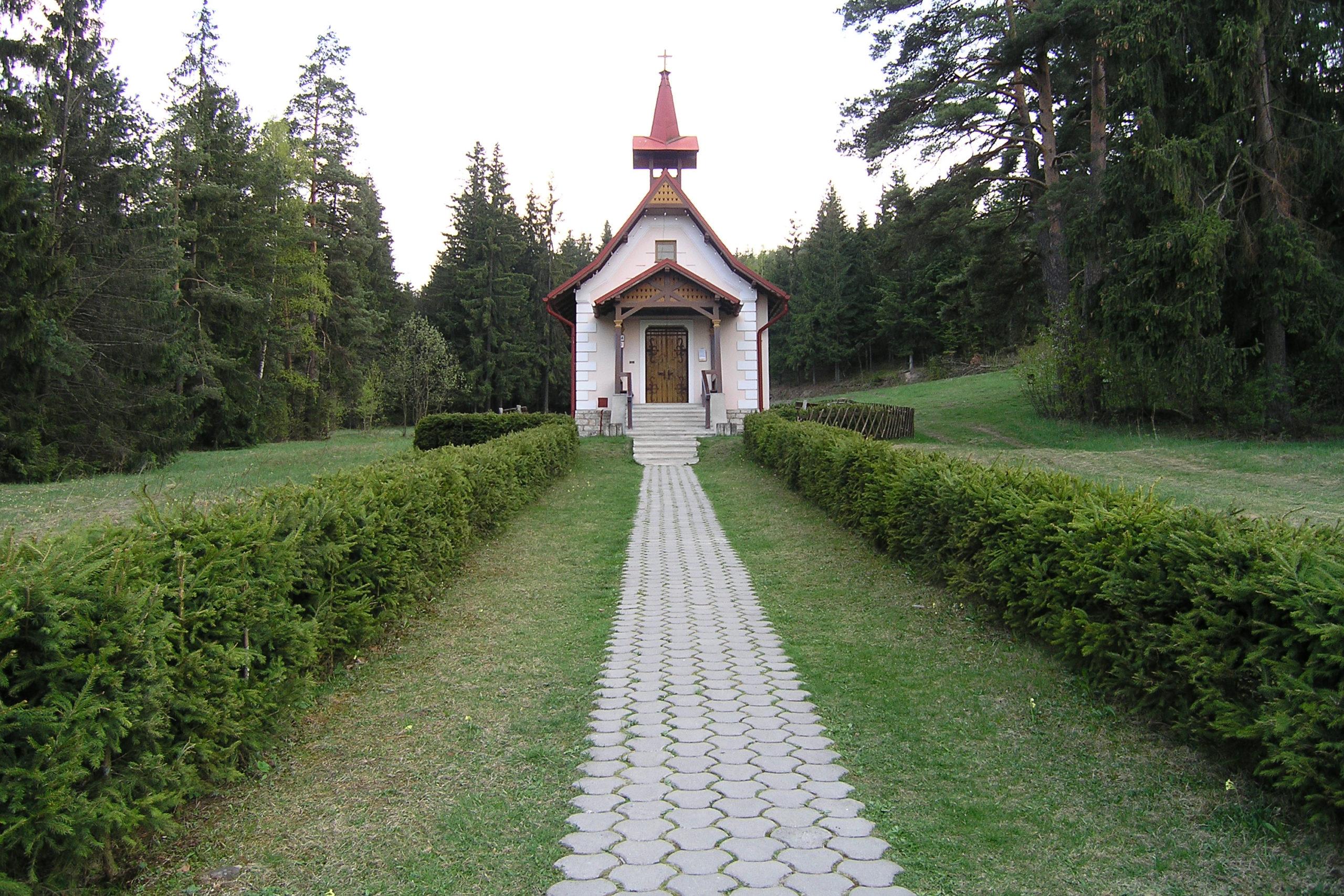 Kaplica w lesie