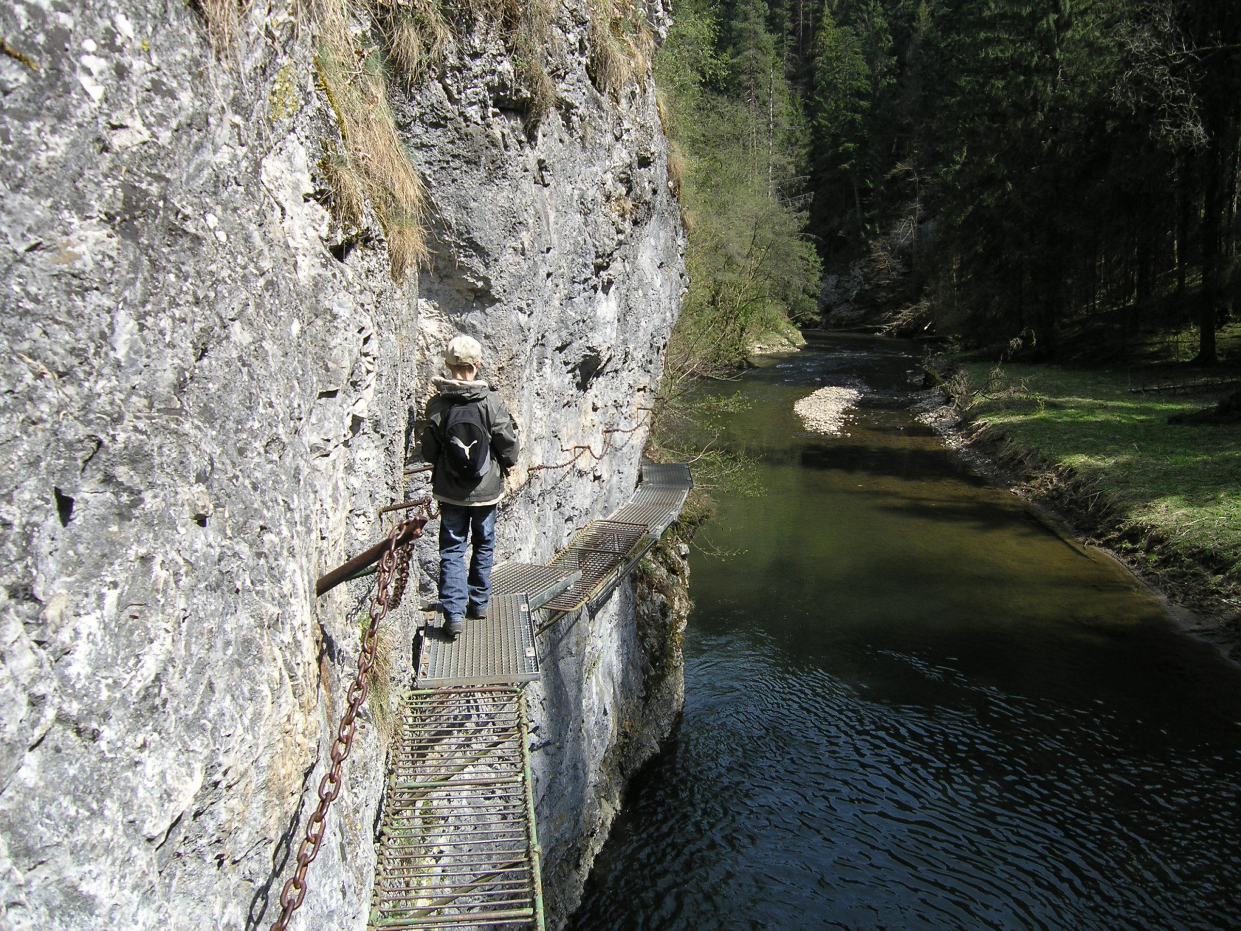 Łańcuchowy szlak przy Klifie nad wodą