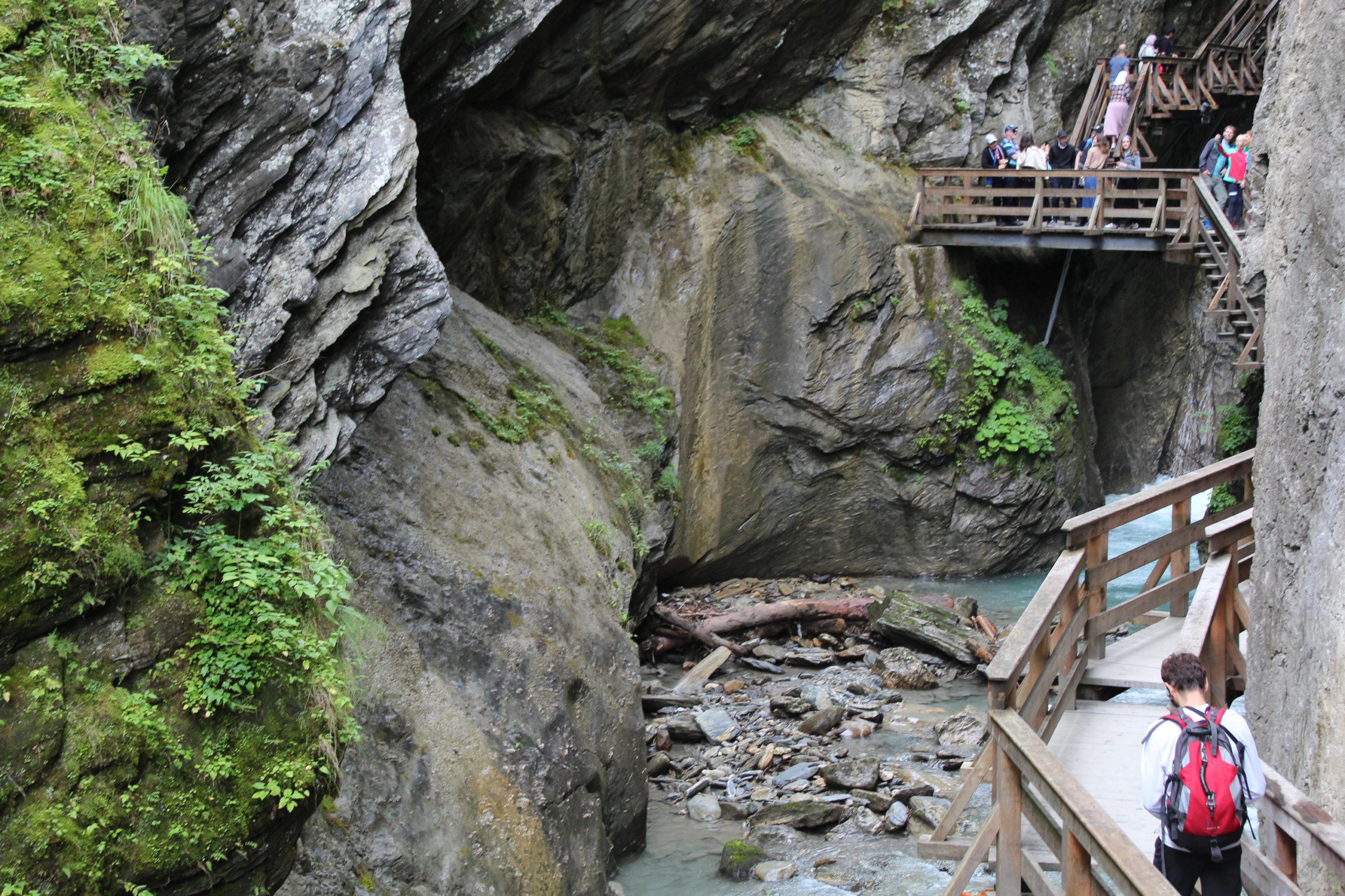 Szlak pieszy w skałach