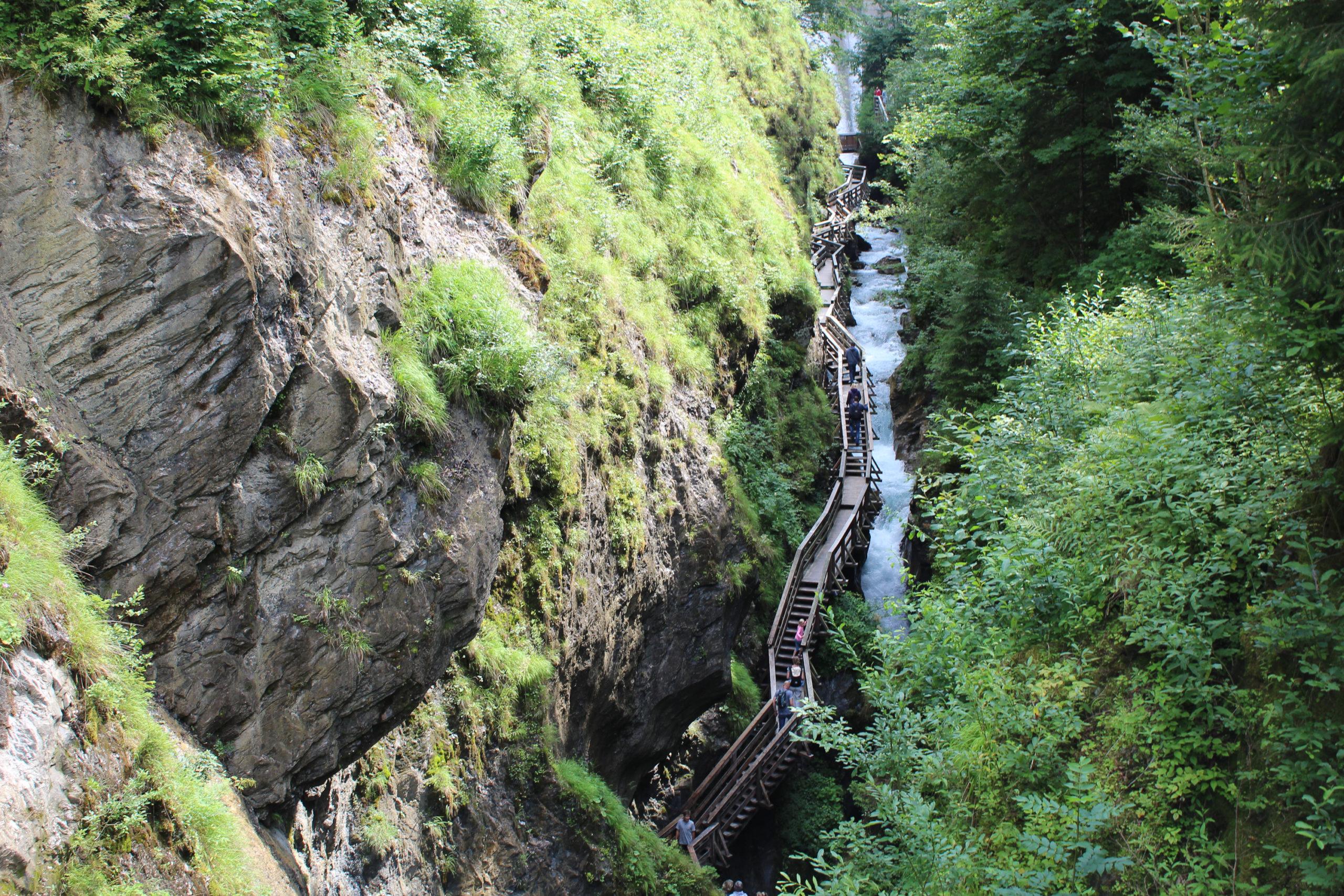 Szlak pieszy wśród skał