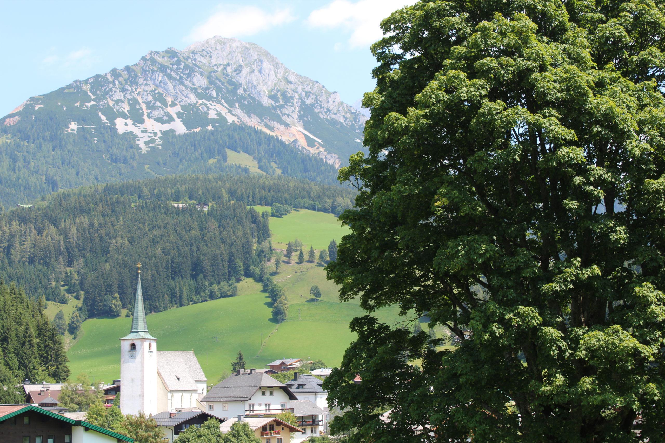 Panorama na kościół i góry