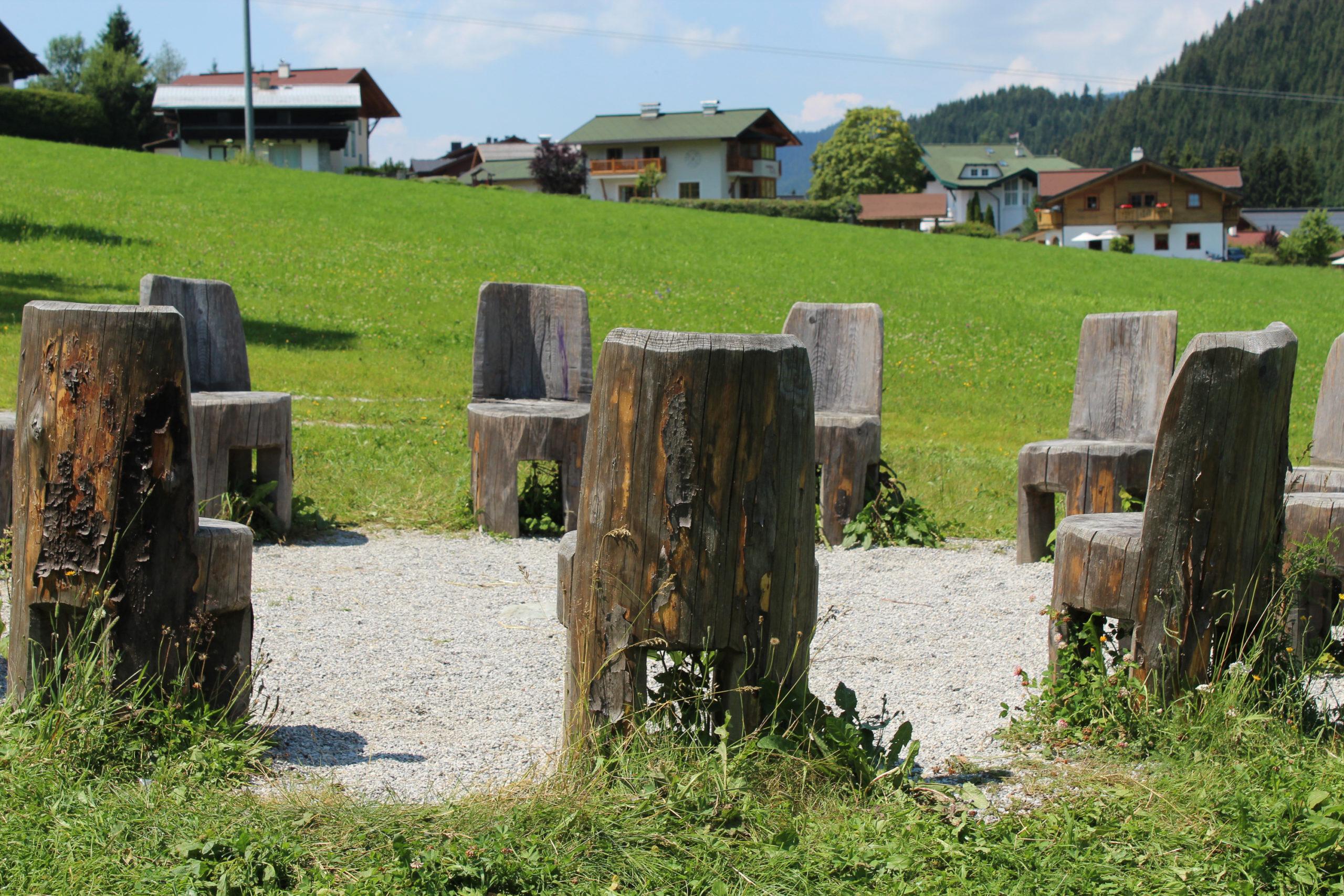 Drewniane siedziska w okręgu