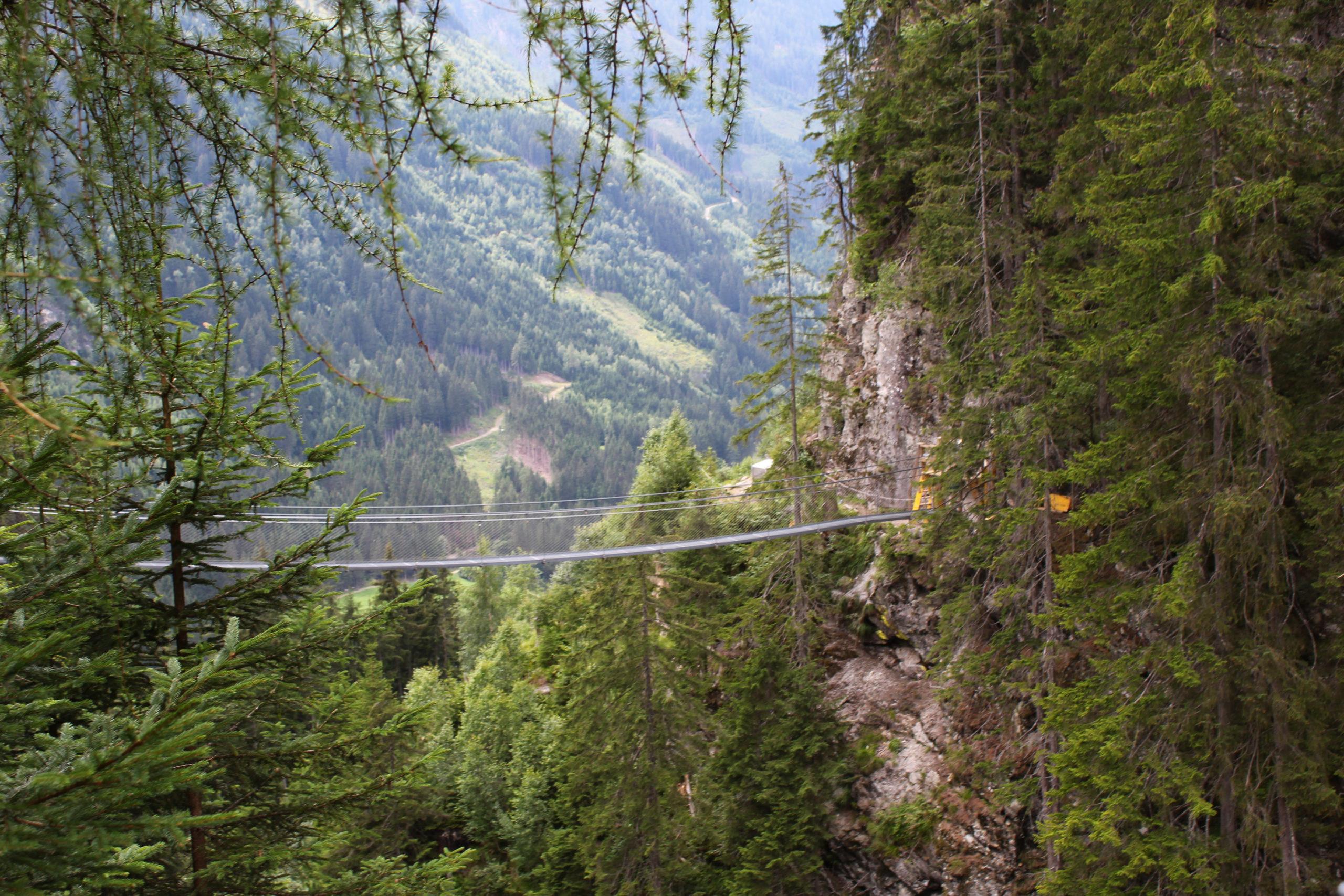 Most linowy w górach