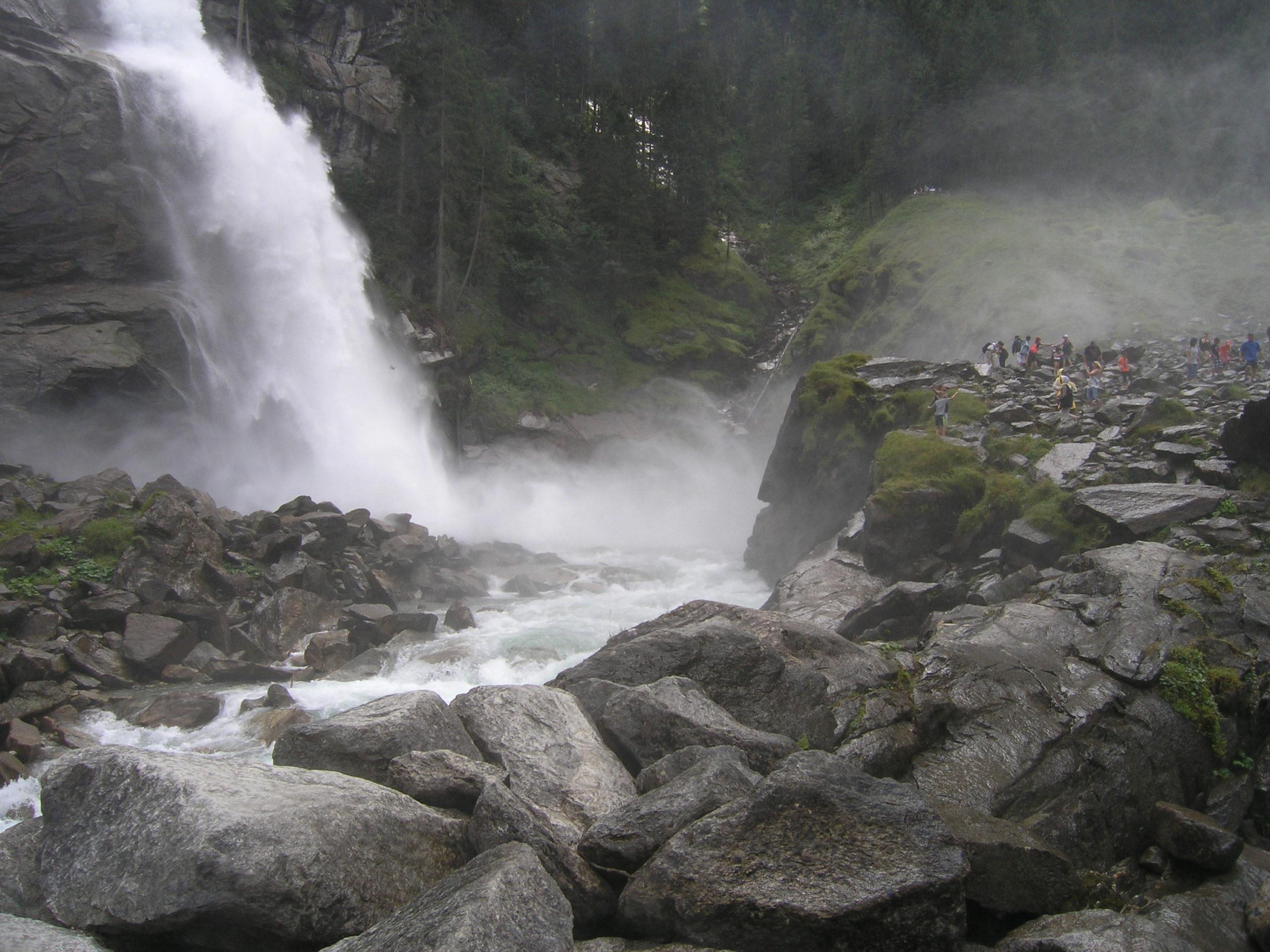 Skały i wodospad