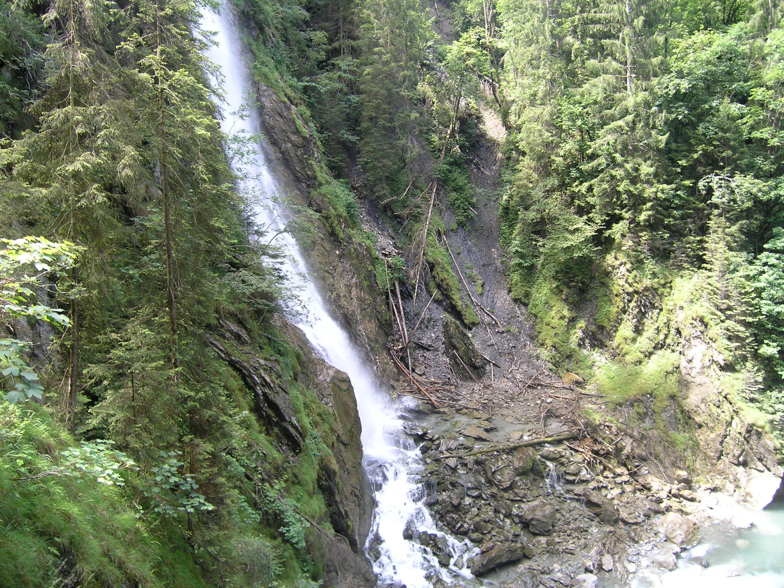 Wodospad wśród skał
