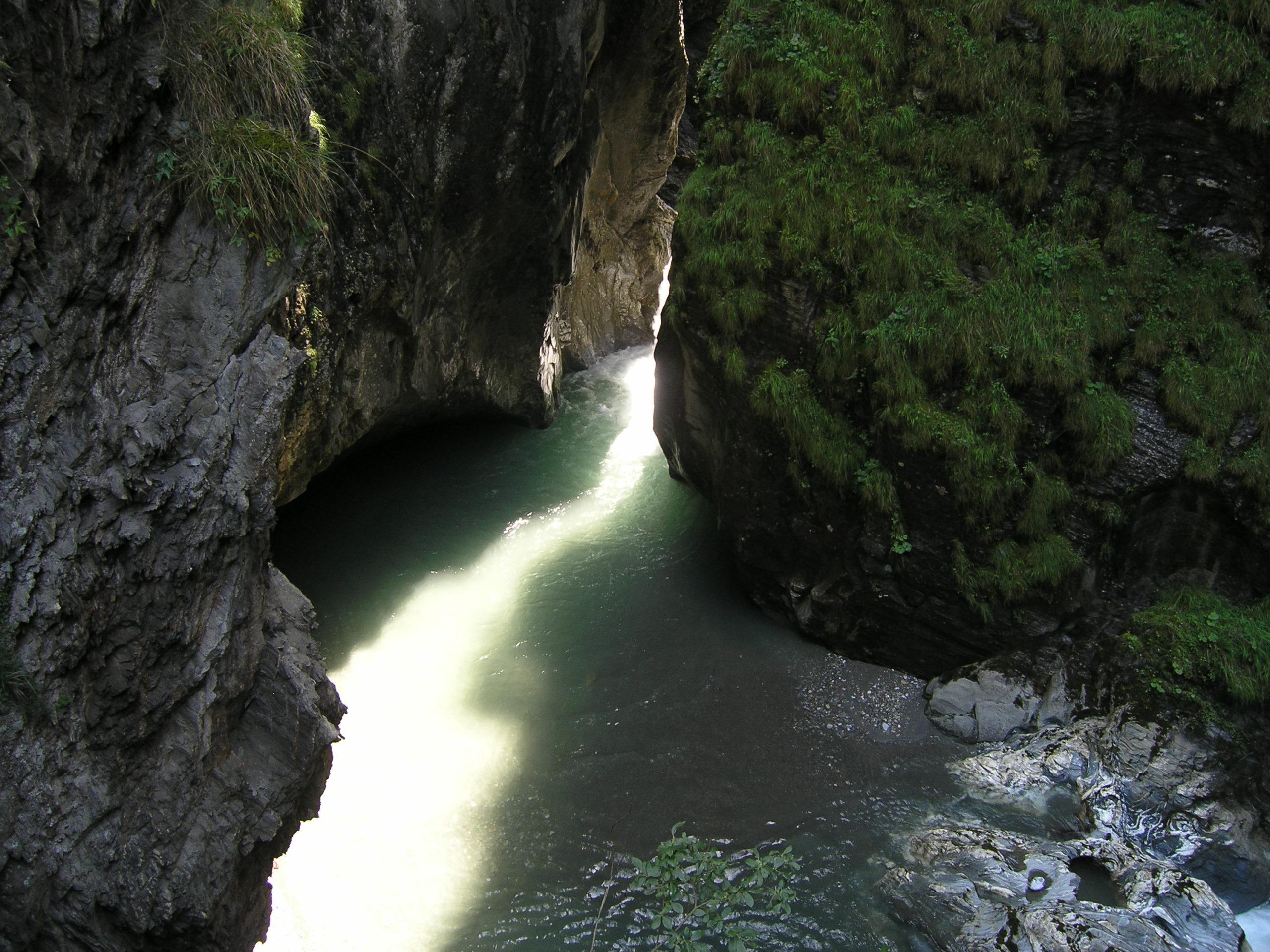 Woda wśród skał