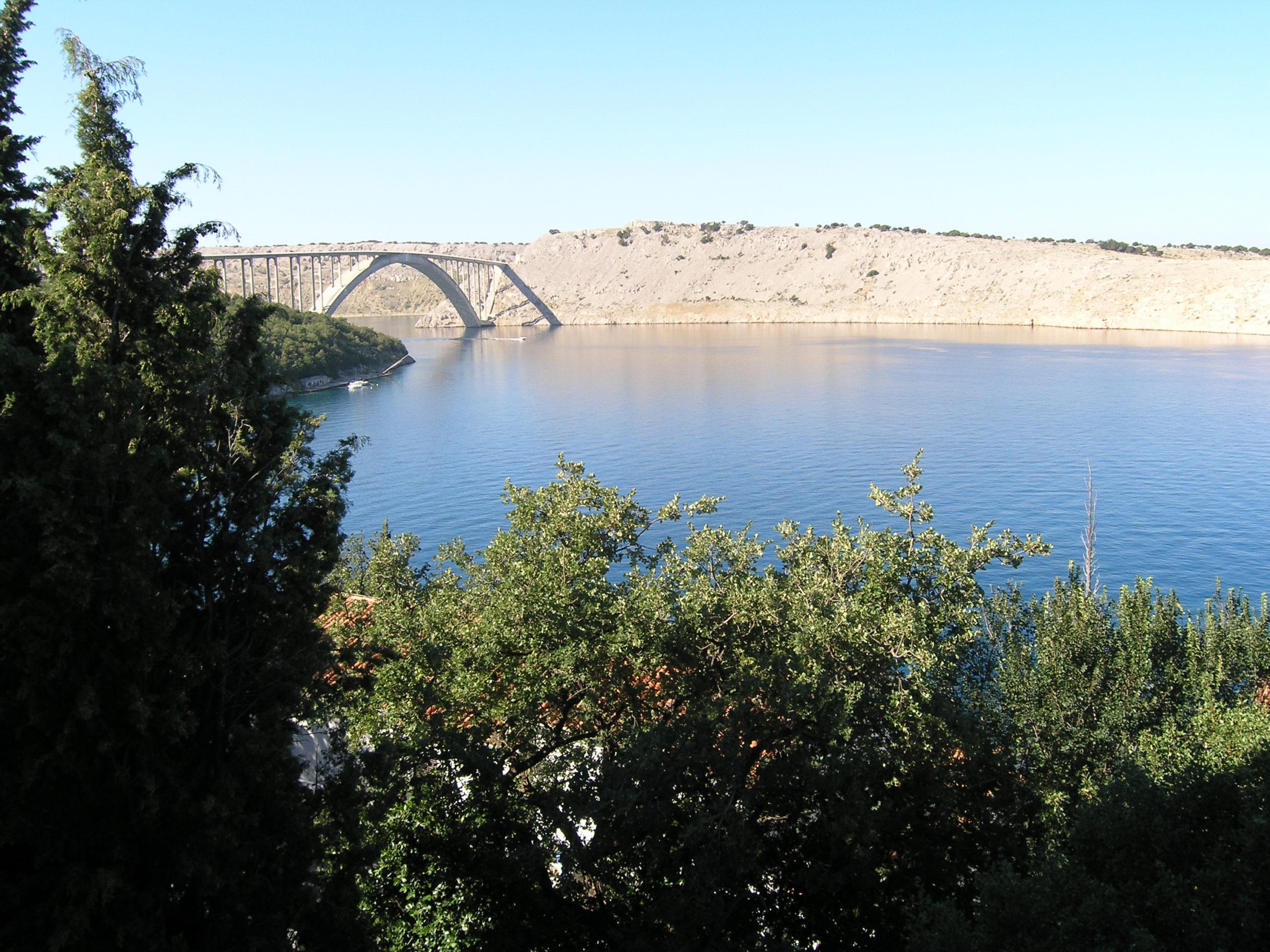 Widok na most i wodę