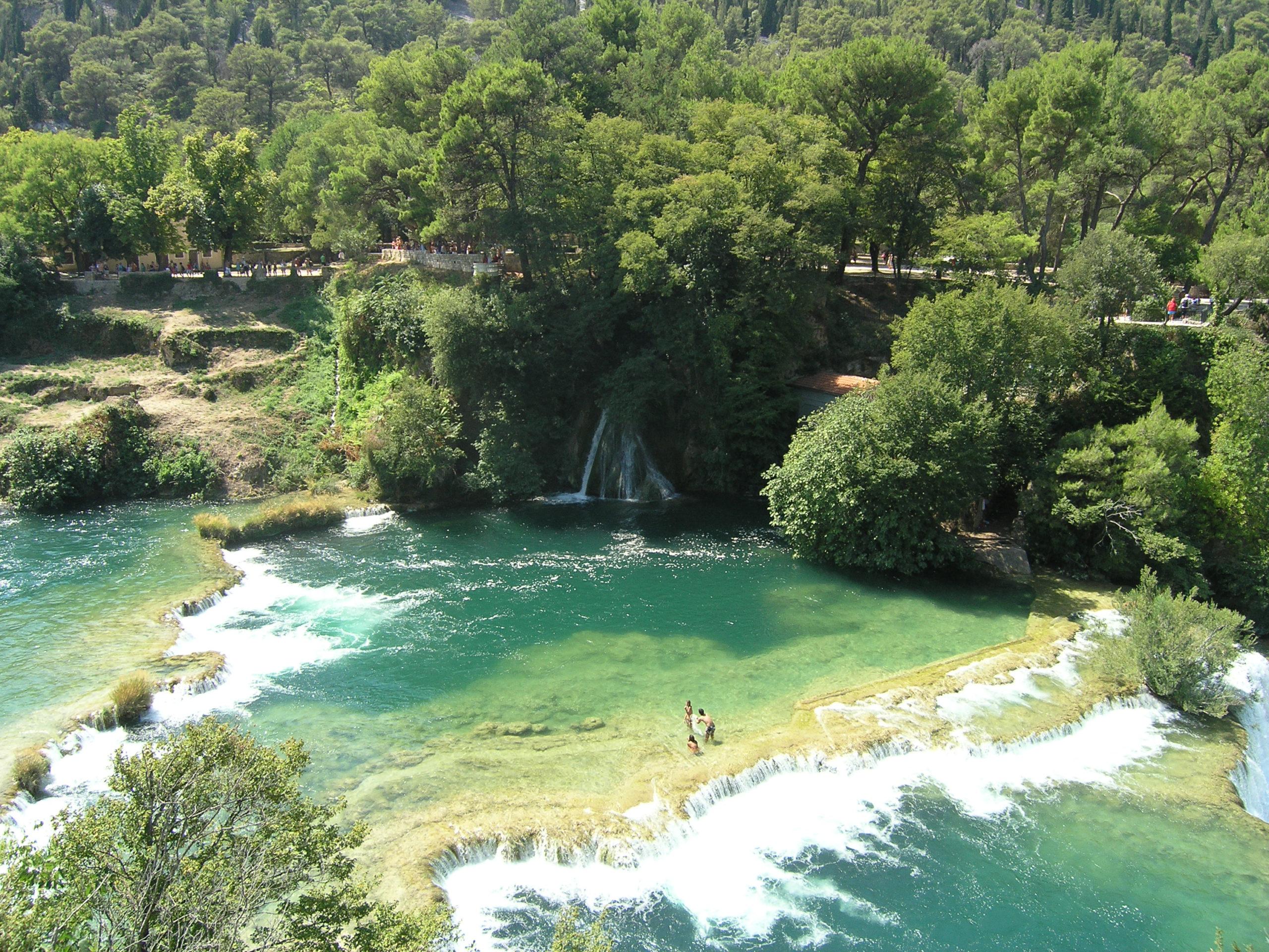 Wodospady w zieleni