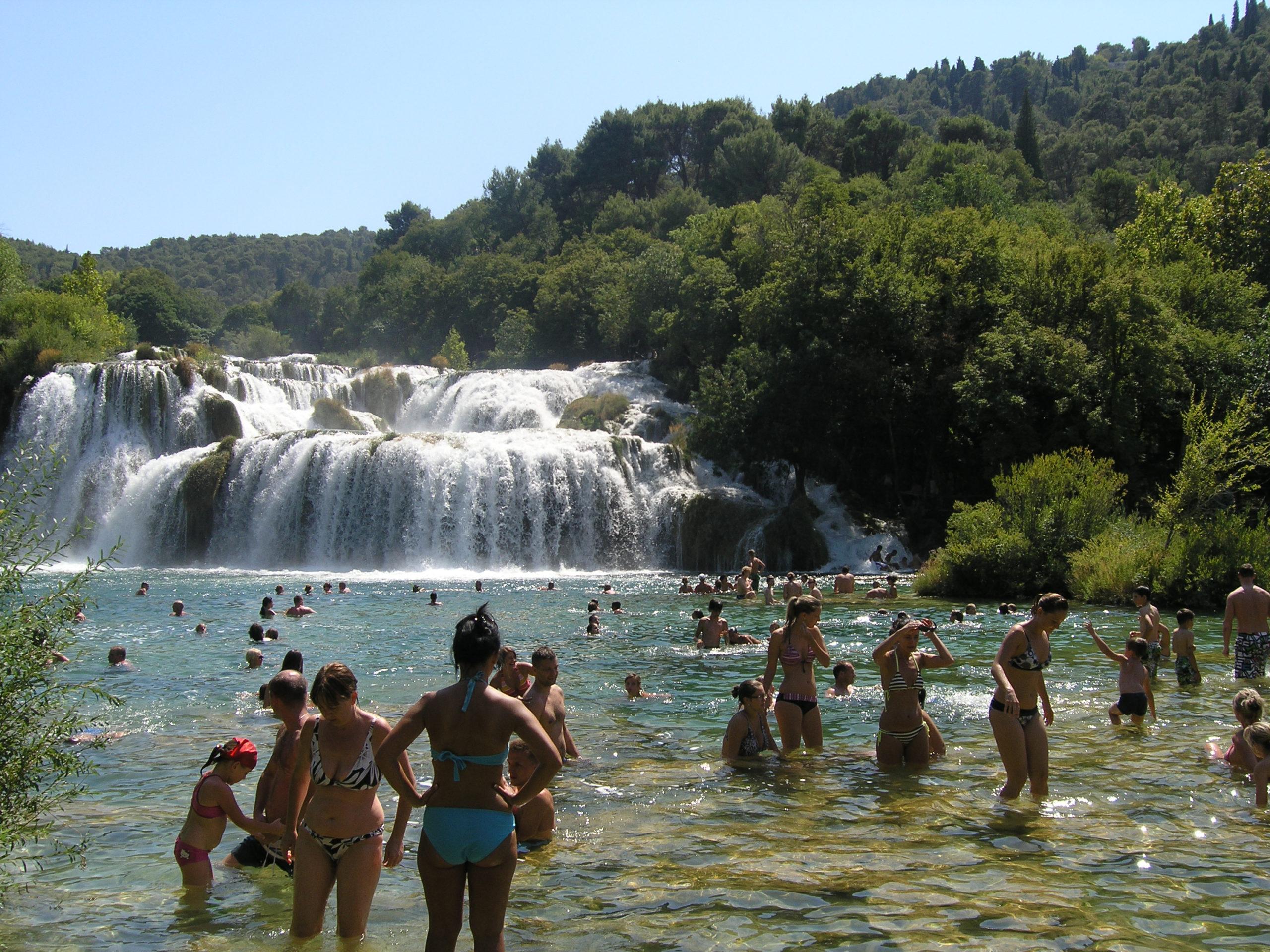 Ludzie kąpiący się w rzece