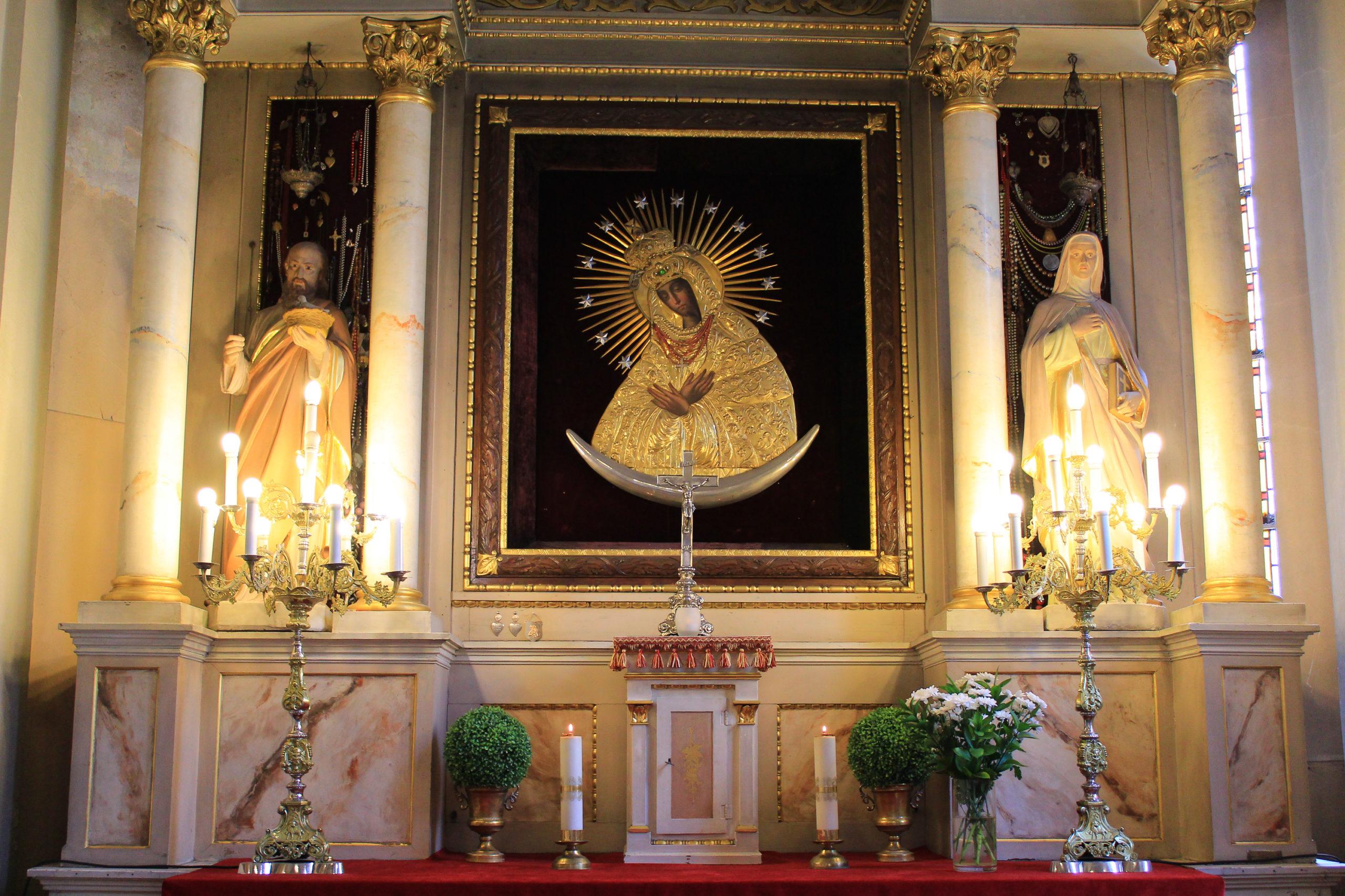 Ołtarz z obrazem Matki Bożej