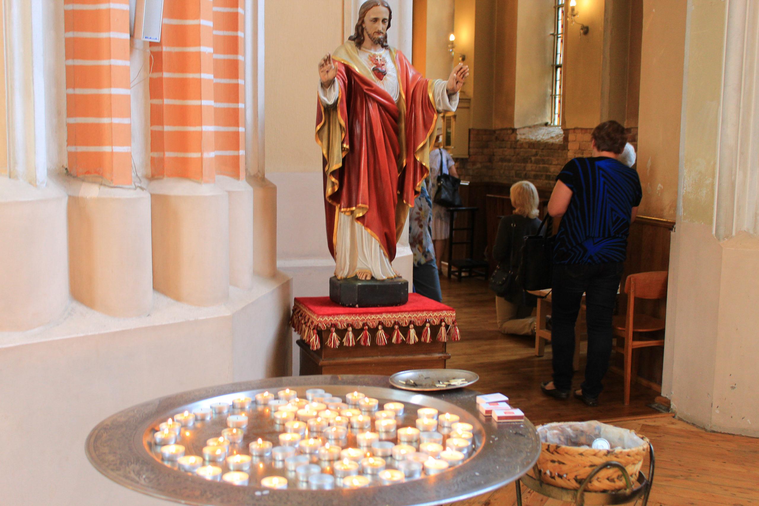 Figura Jezusa Chrystusa i świeczki