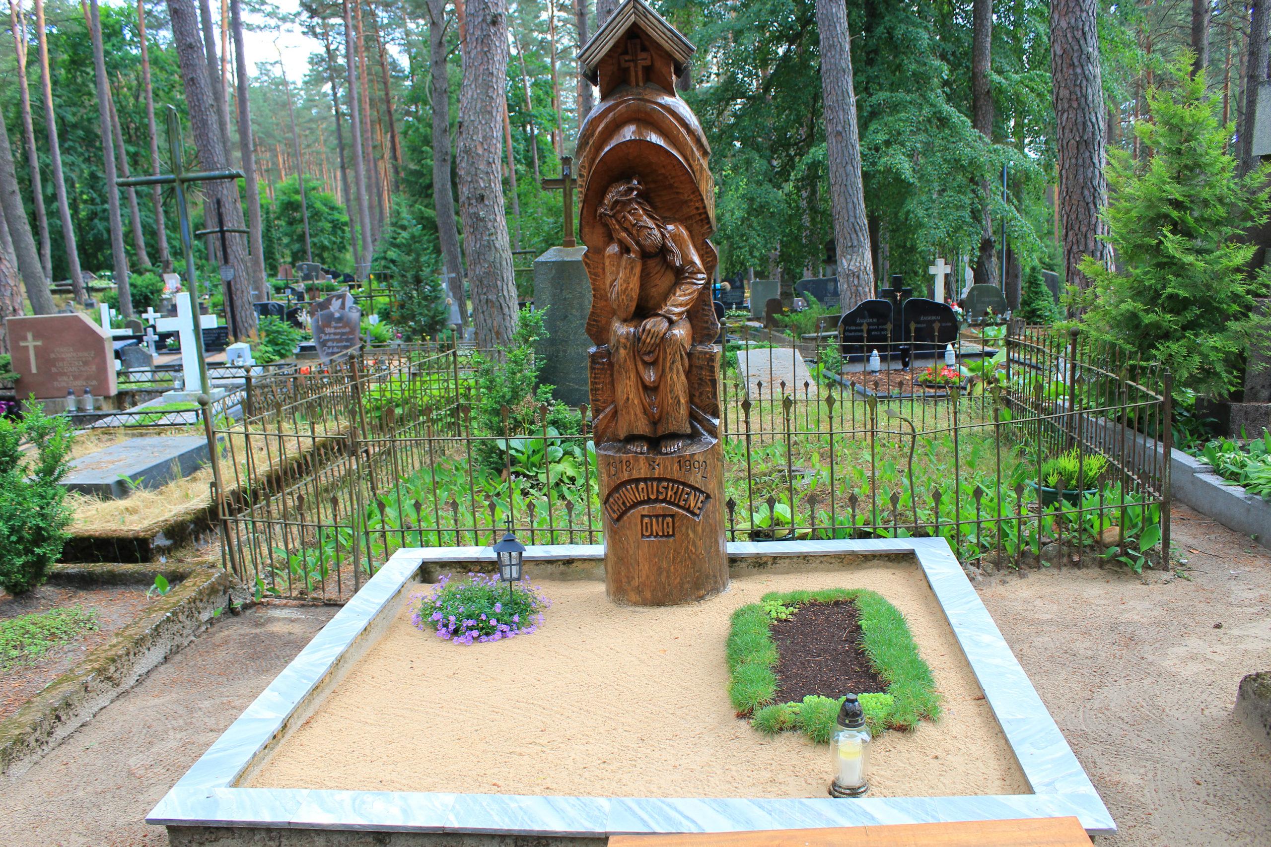 Grobowiec z drewnianą rzeźbą