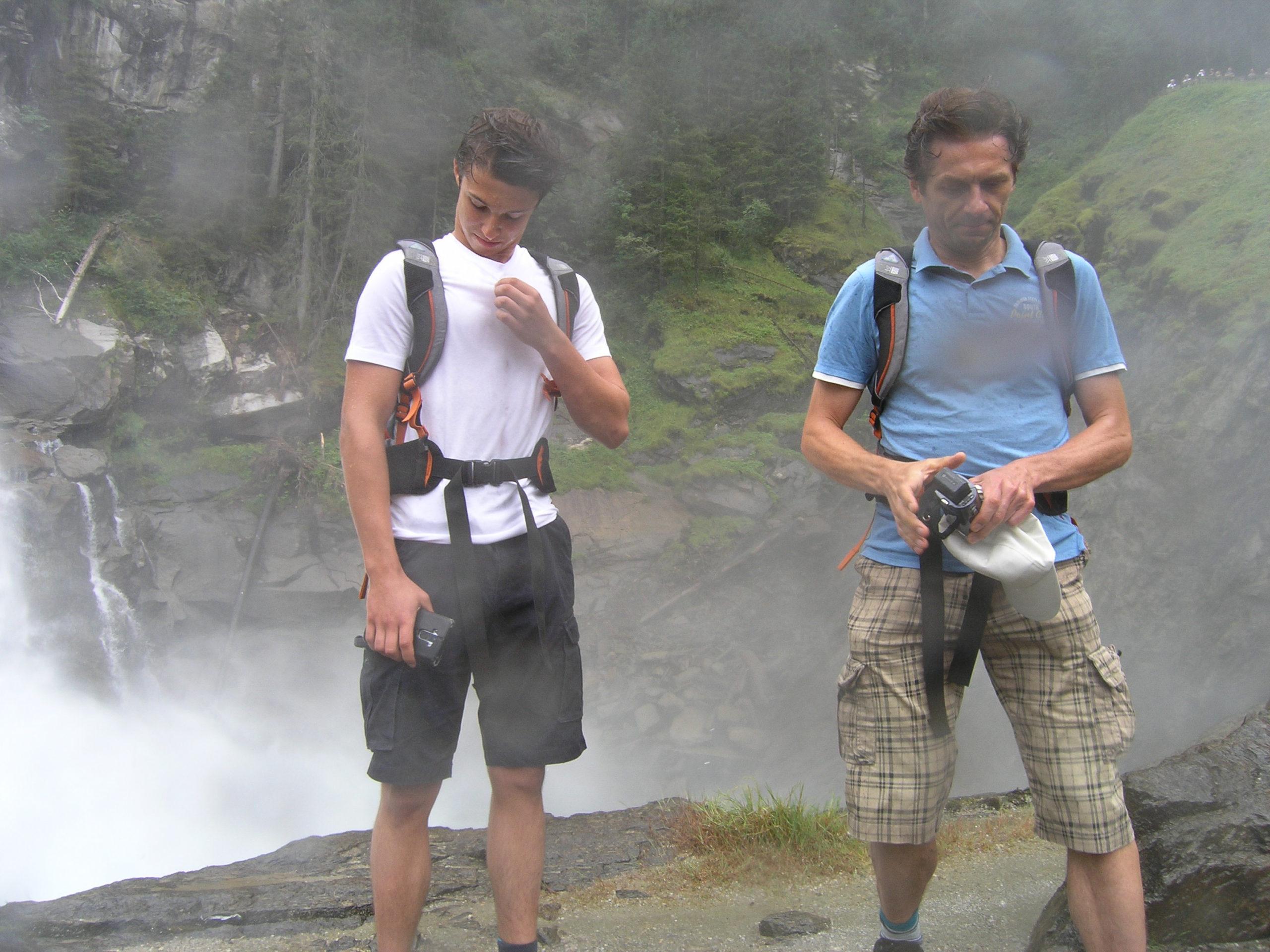 Mąż i syn przy wodospadzie