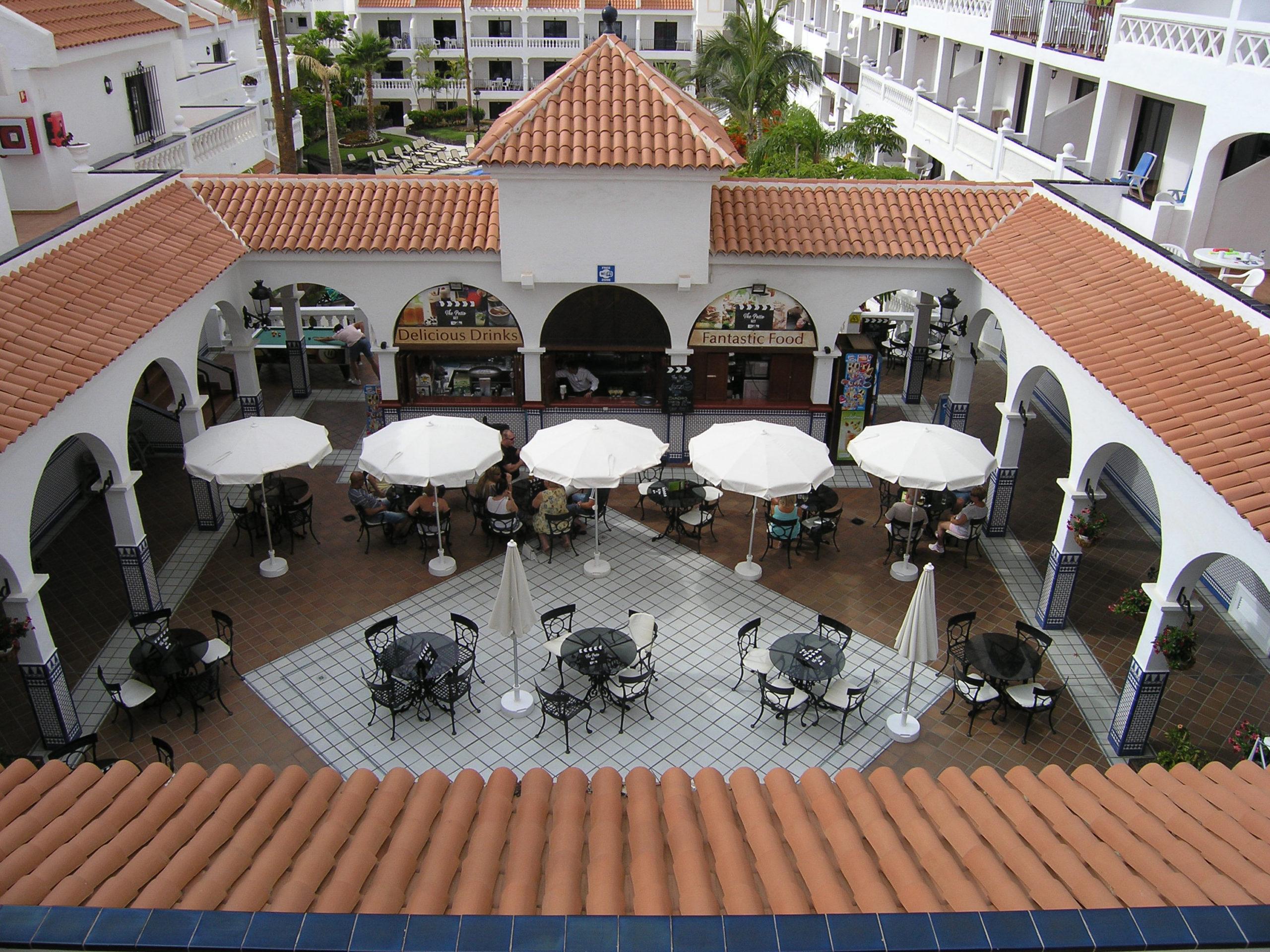 widok na patio hotelowe