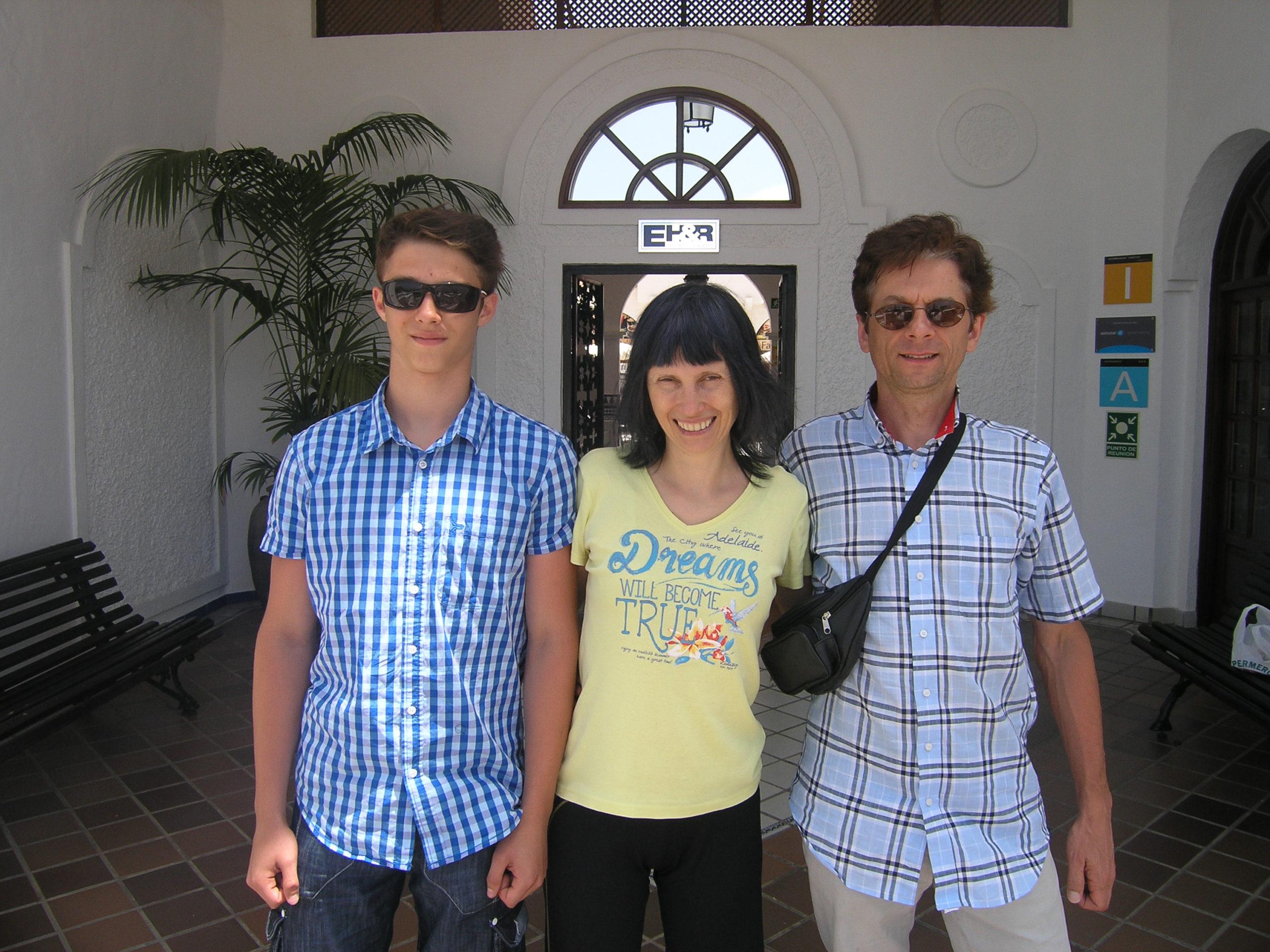 z rodziną przy hotelu
