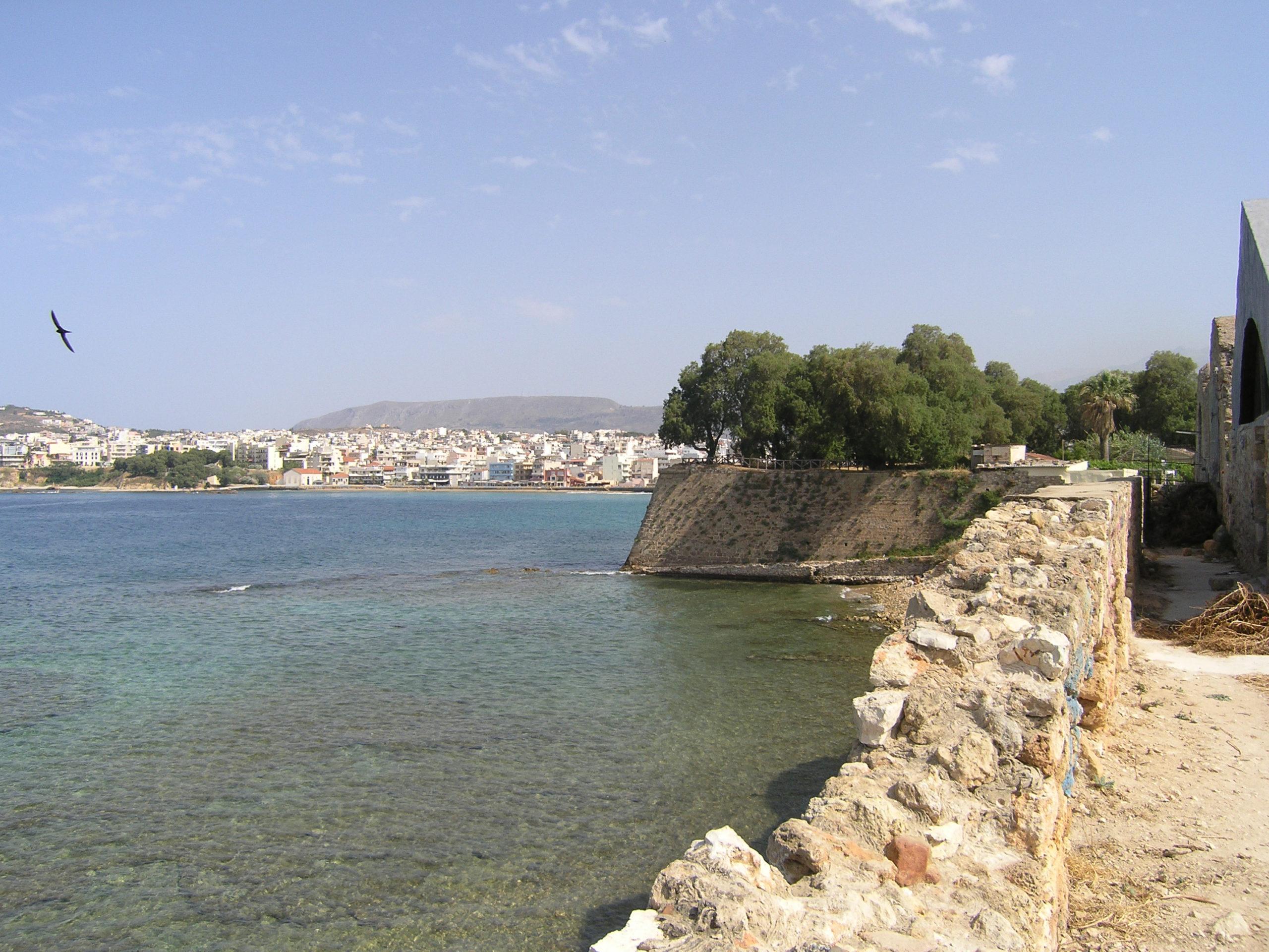 Kamienny brzeg i widok na miasto
