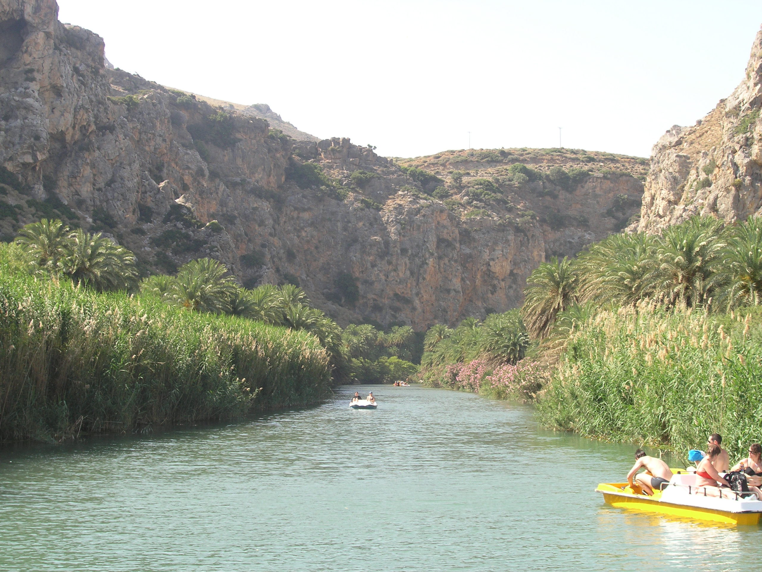 Rowerki wodne na rzece wśród skał
