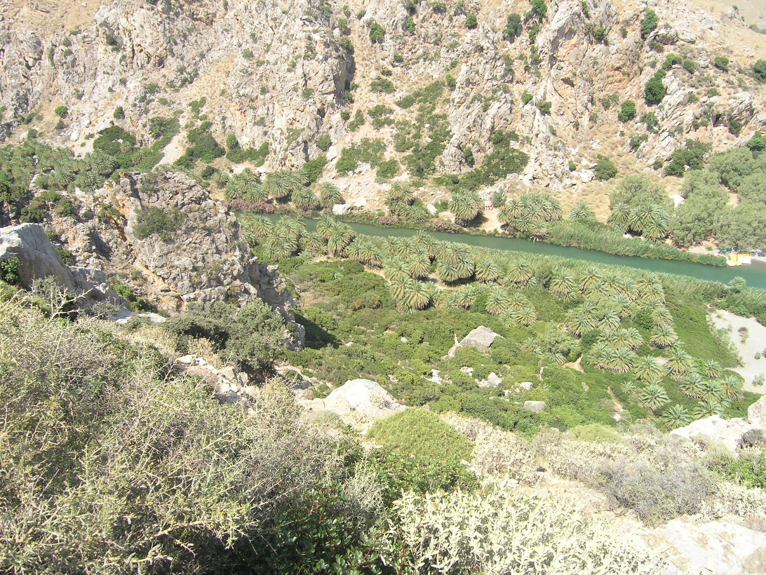 Widok na rzekę wśród skał