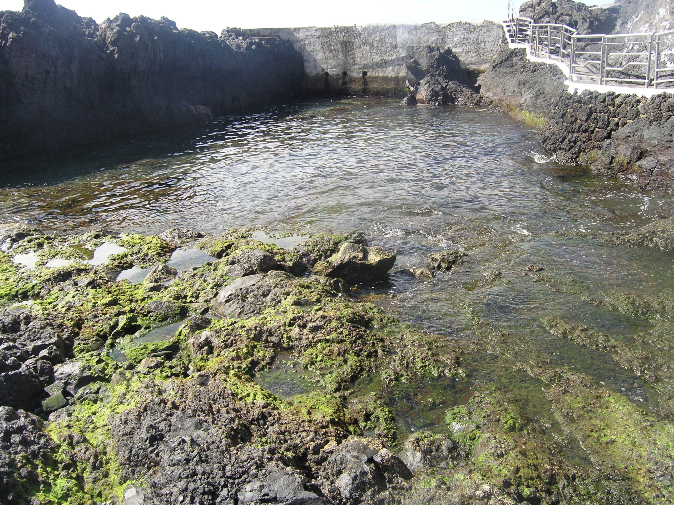 Zbiornik wodny wśród skał