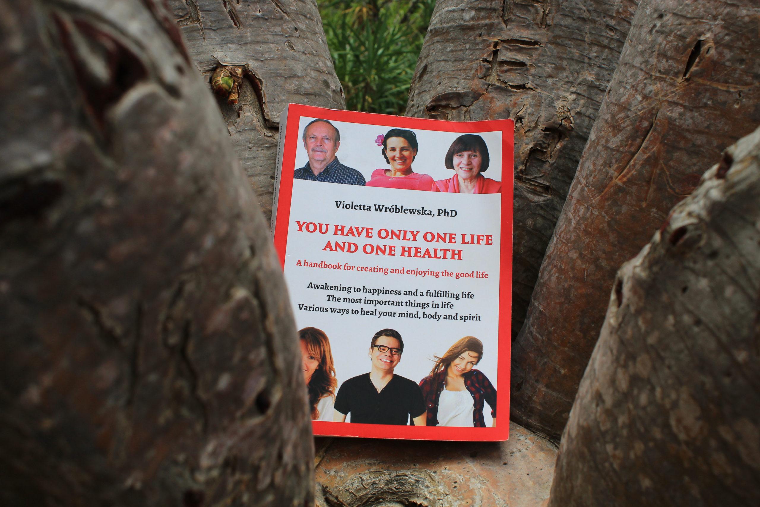 książka wśród drzew