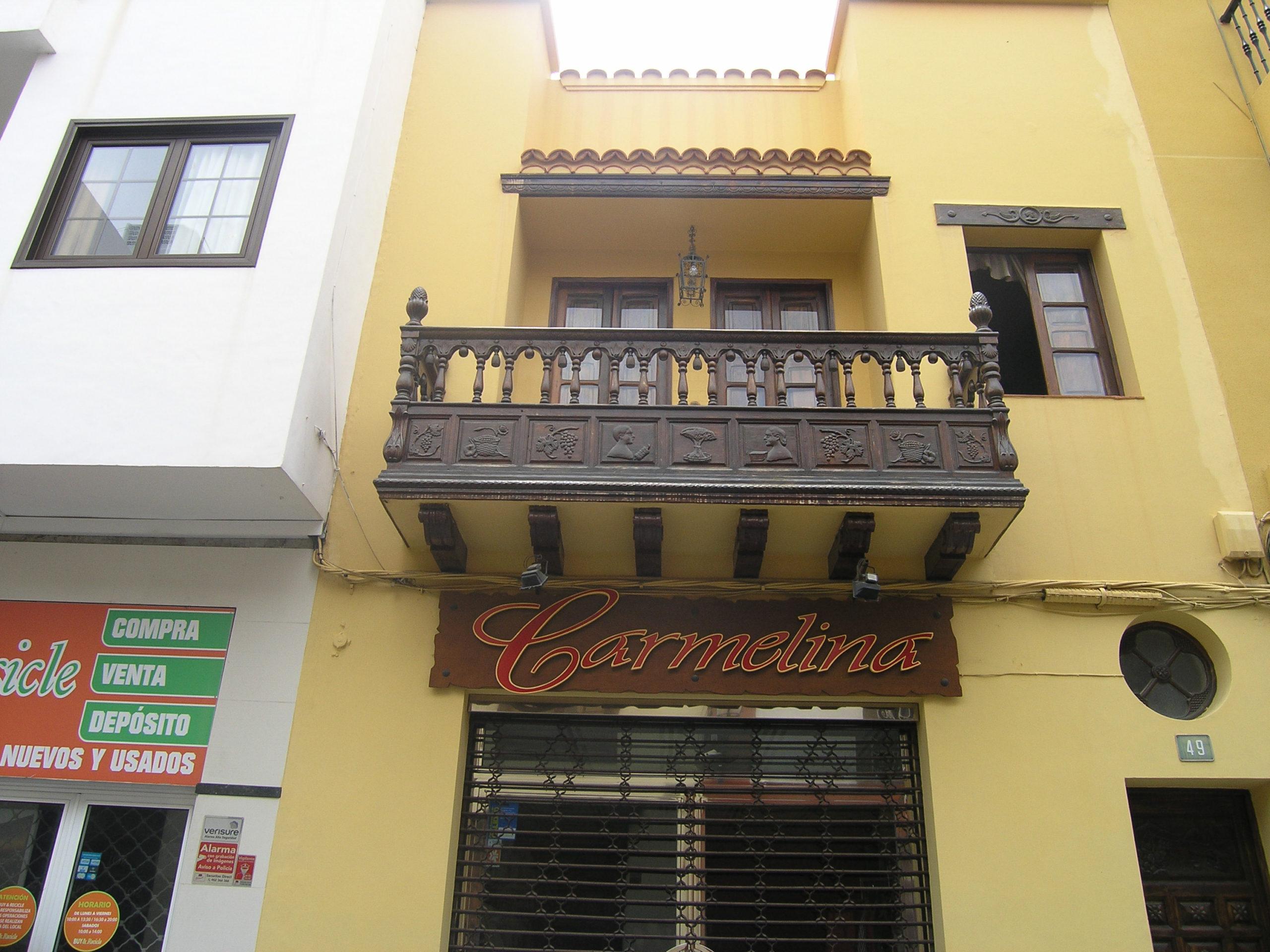 Budynek z żółtą elewacją