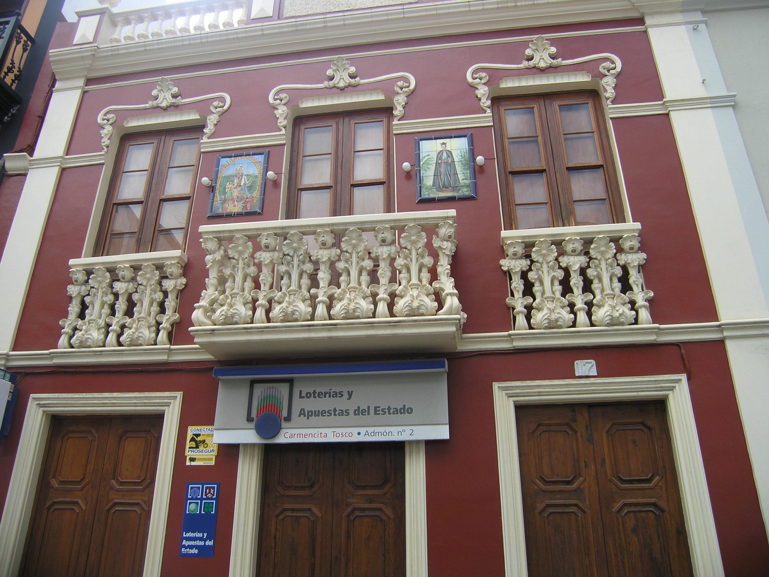 Budynek z czerwoną elewacją
