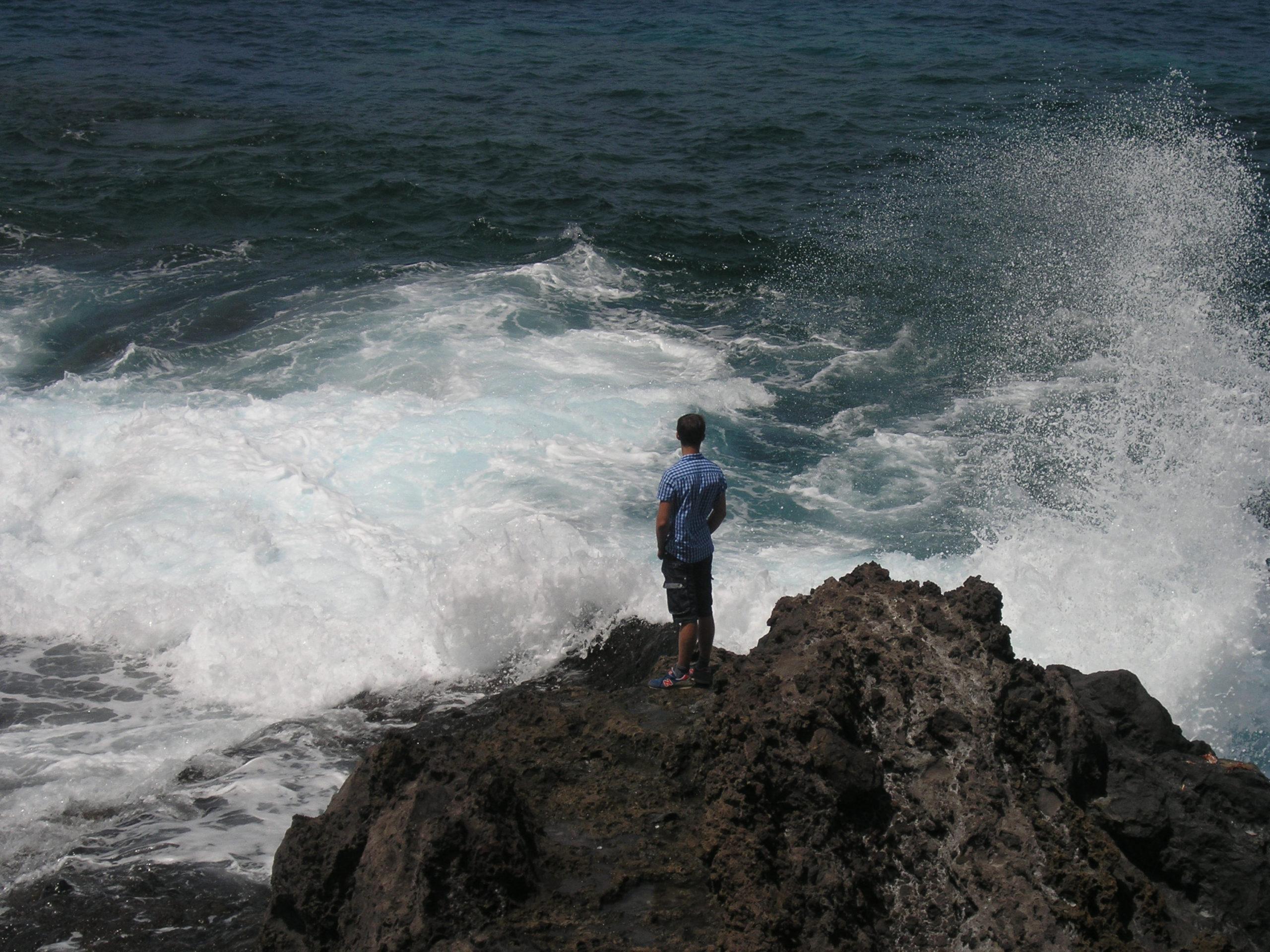 człowiek na klifach nad oceanem