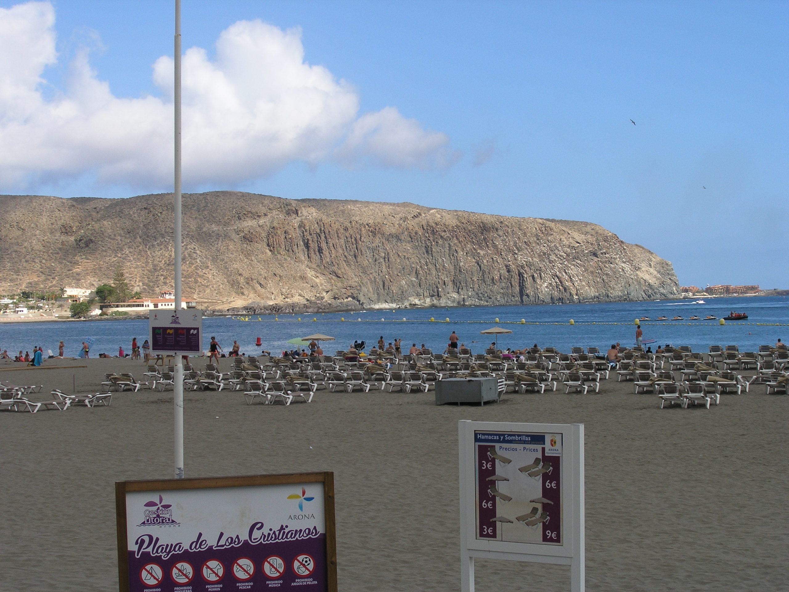 widok na plażę i skały