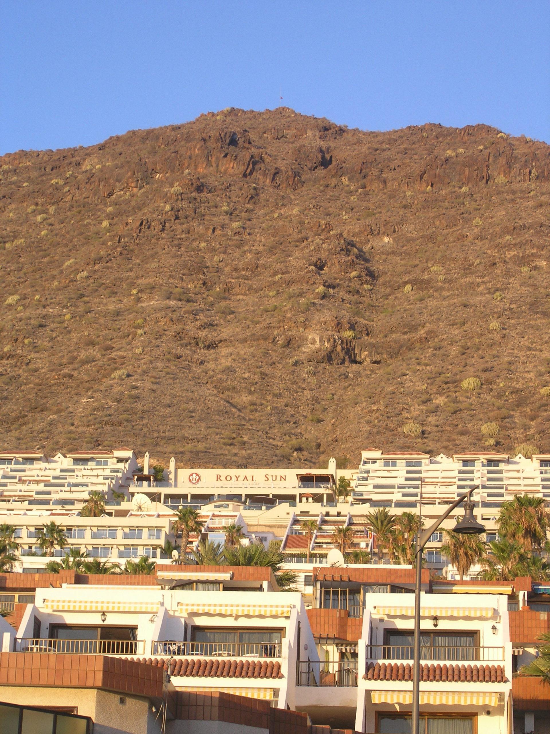Widok na miasteczko i góry