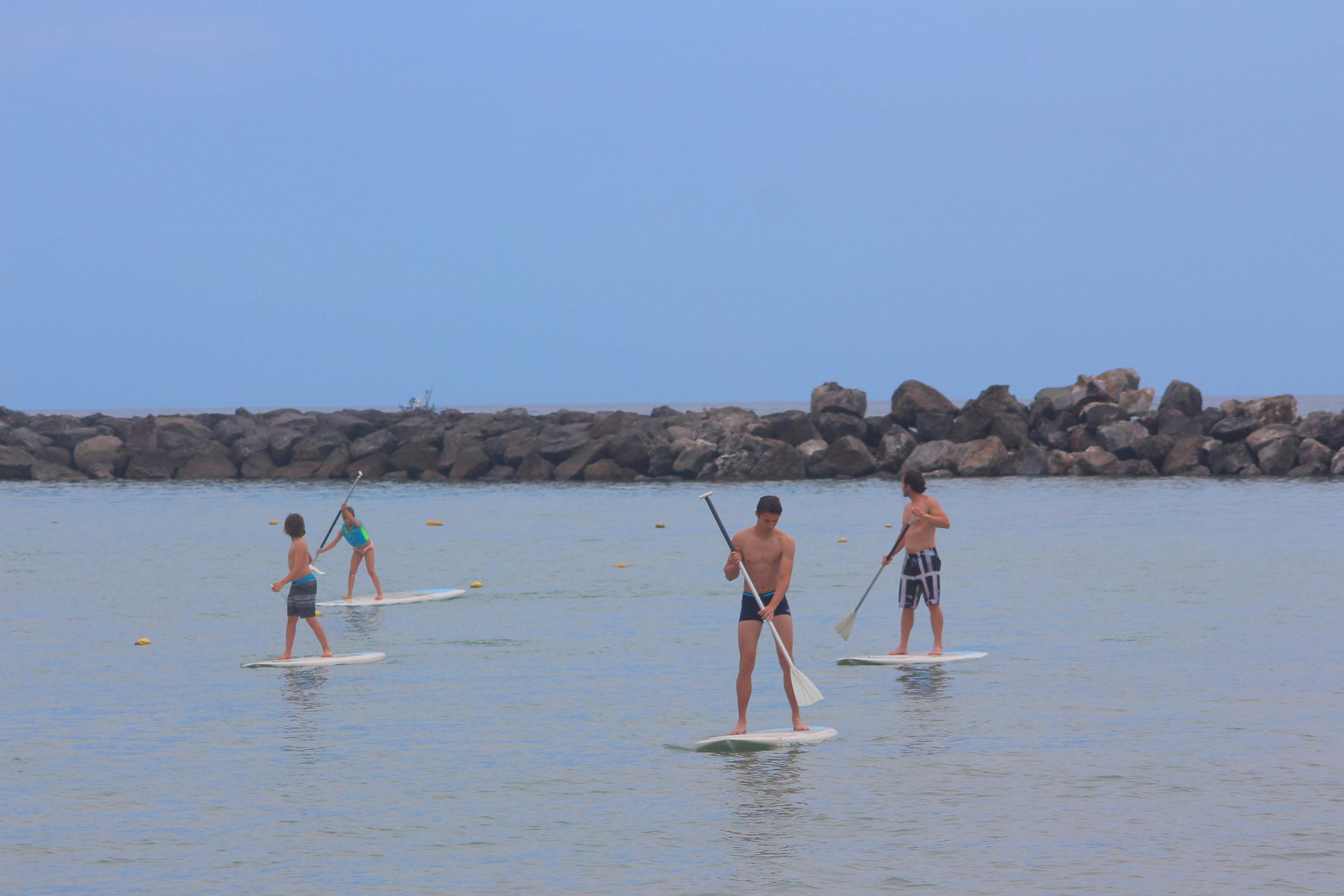 ludzie na deskach surfingowych